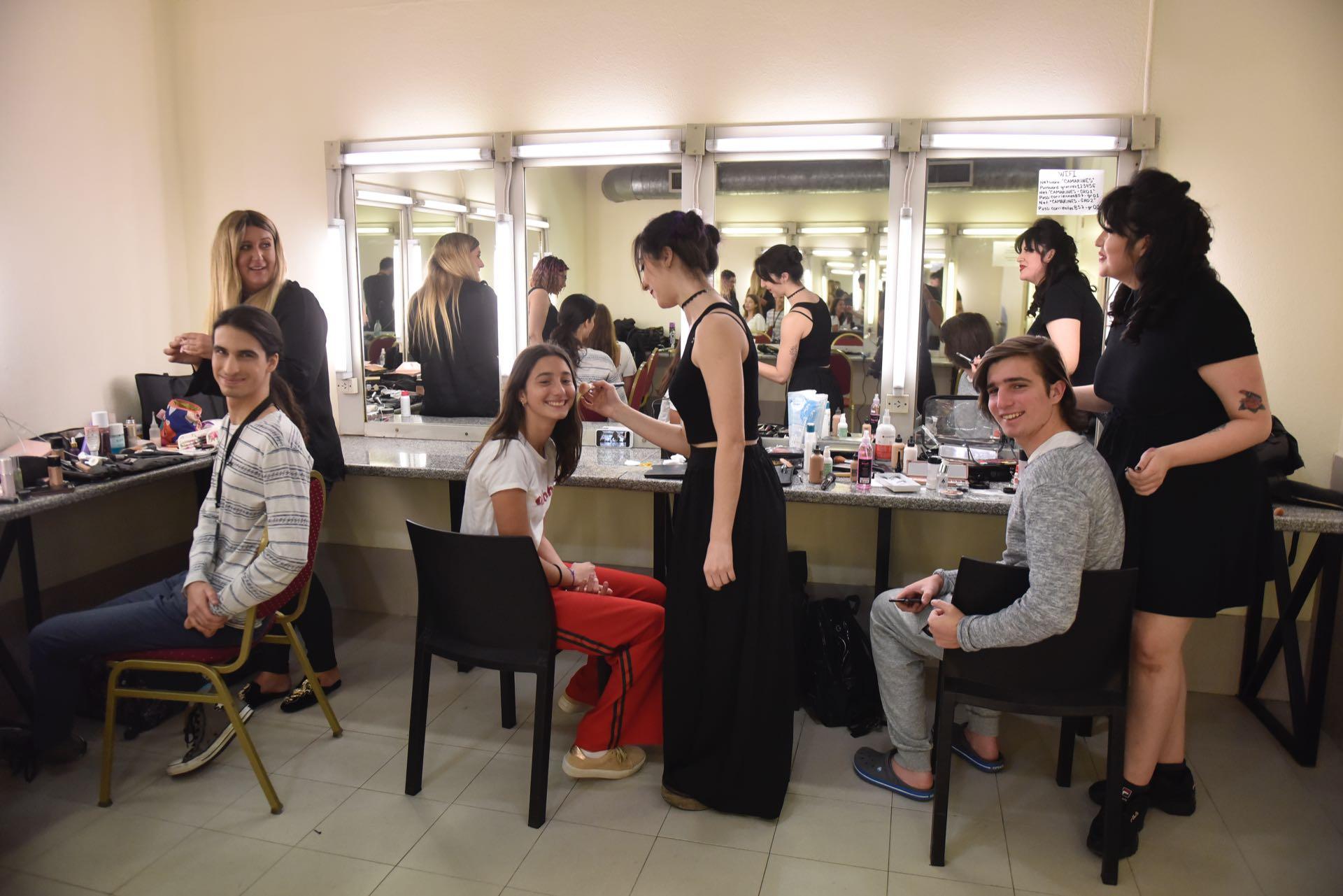 Franco, Azul y Valentín Giordano (los hijos de Romina con Darío) en camarines del teatro Gran Rex.