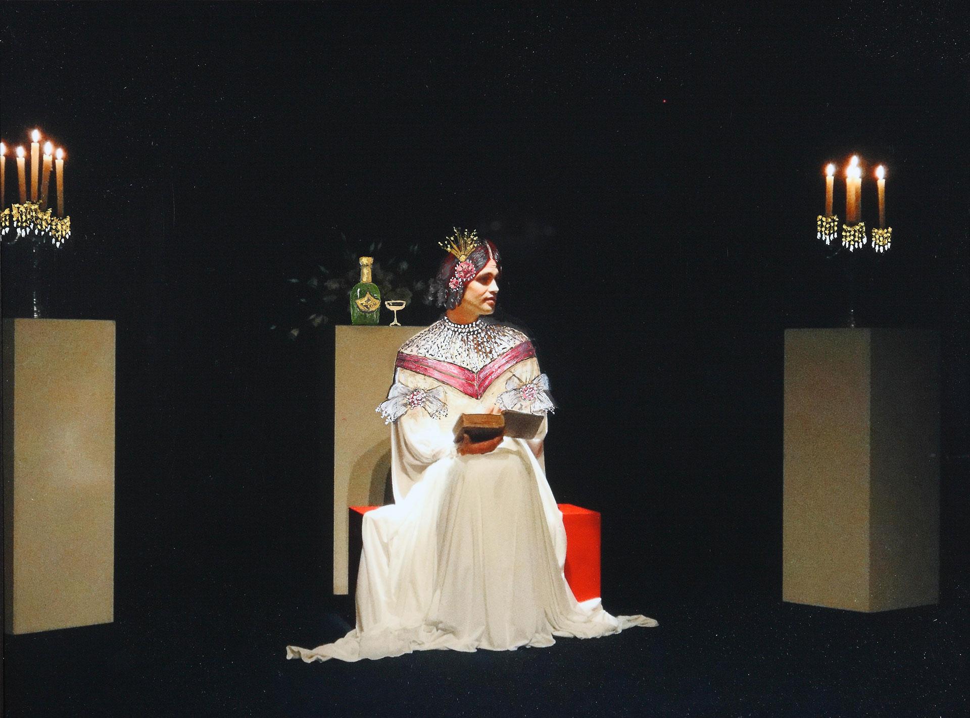 LA TRAVIATA: La Traviata se consuela leyendo La Dama de las Camelias y bebiendochampagne