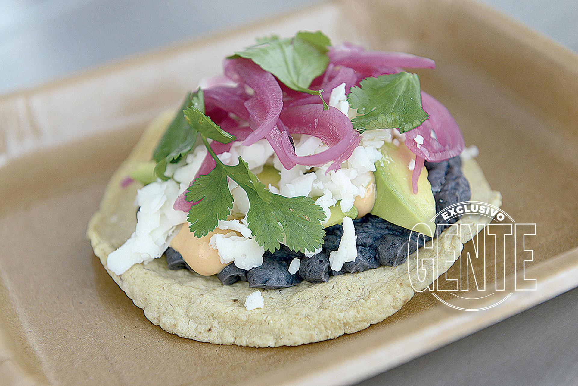 Orilla. Tostada mexicana de vegetales.