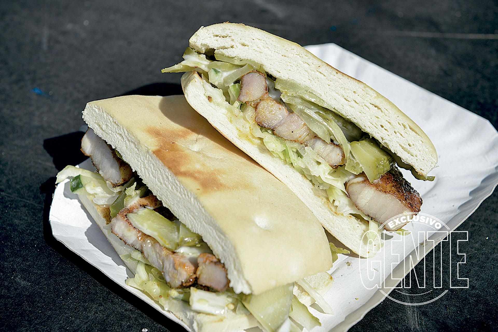 Café San Juan. Sándwich de pechito de cerdo a la parrilla adobado con especias árabes.