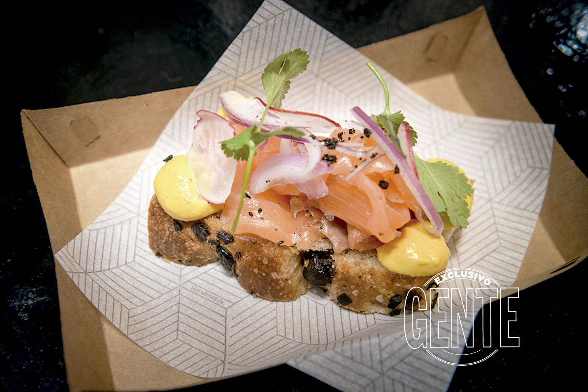La Panadería de Pablo. Bruschetta de salmón curado, salsa huancaína, cilantro y cebolla morada en pan de masa madre.
