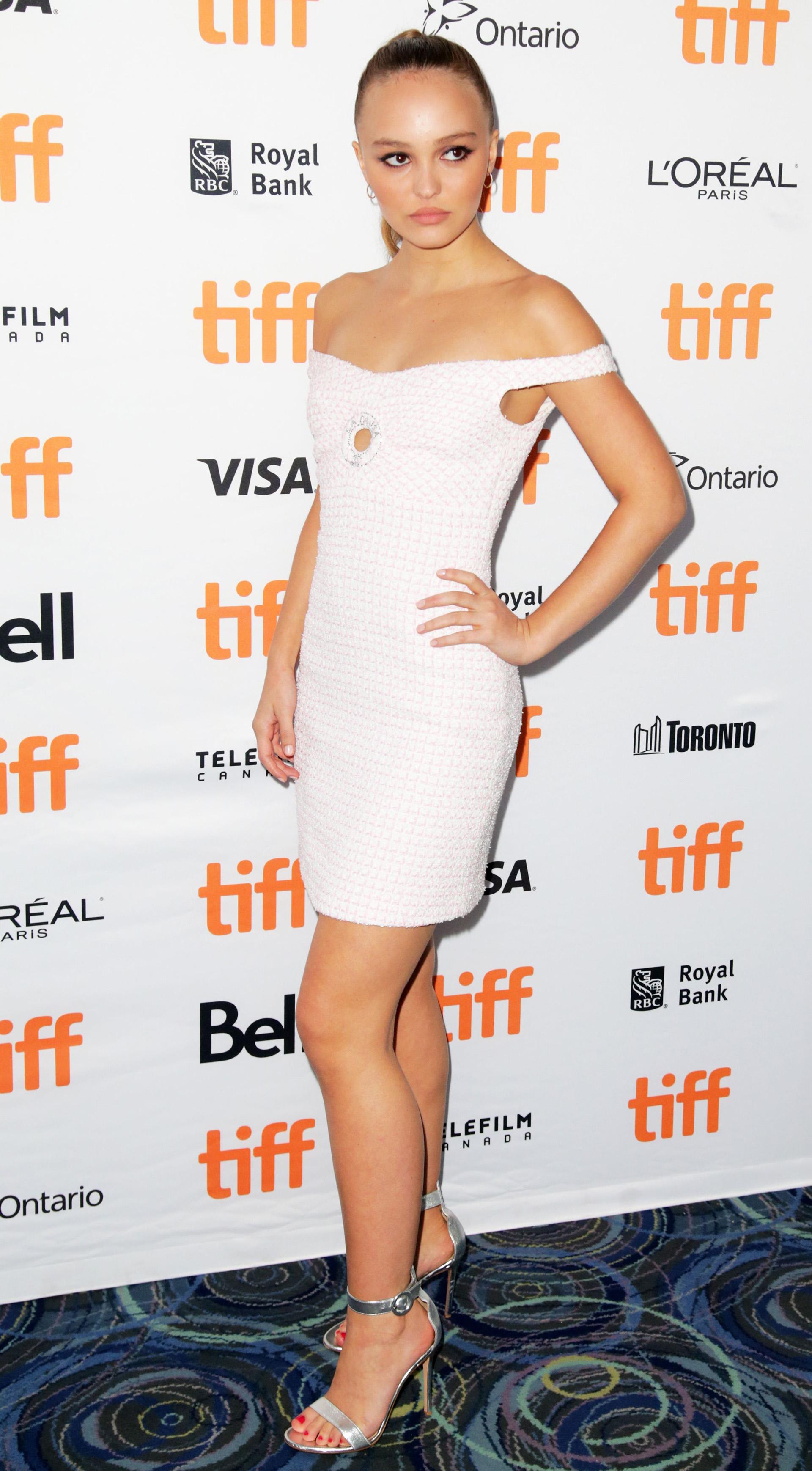 Lily-Rose Depp lució su estilizada figura con este vestido blanco con los hombros al descubierto /// Fotos: Reuters