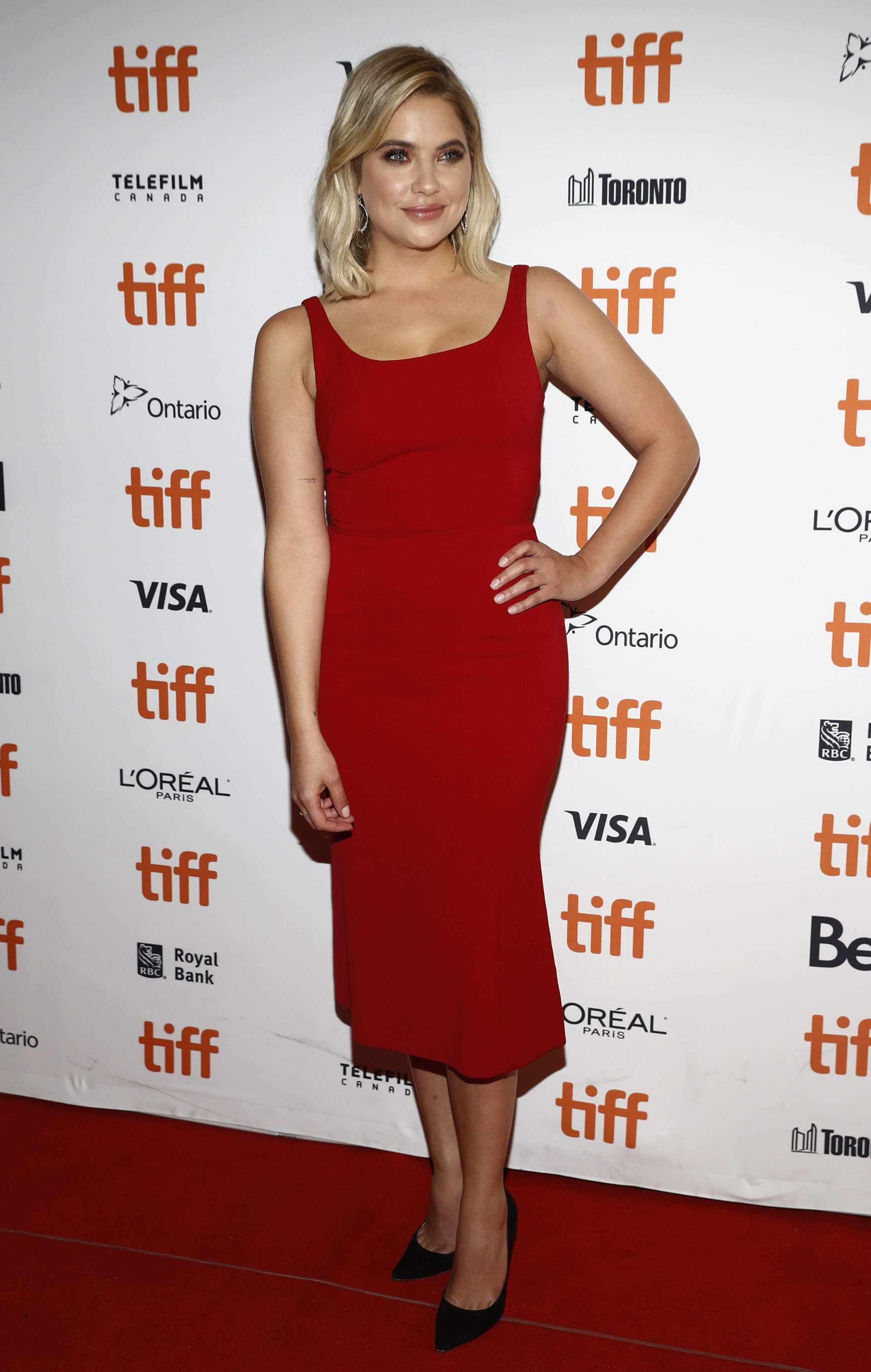 Ashley Benson apostó a un clásico vestido colorado