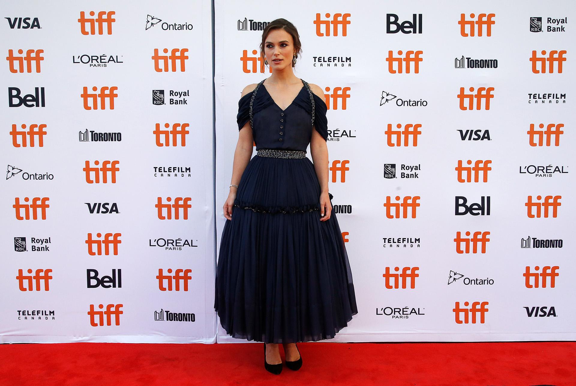 Keira Knightley y un vestido con una gran falda midi