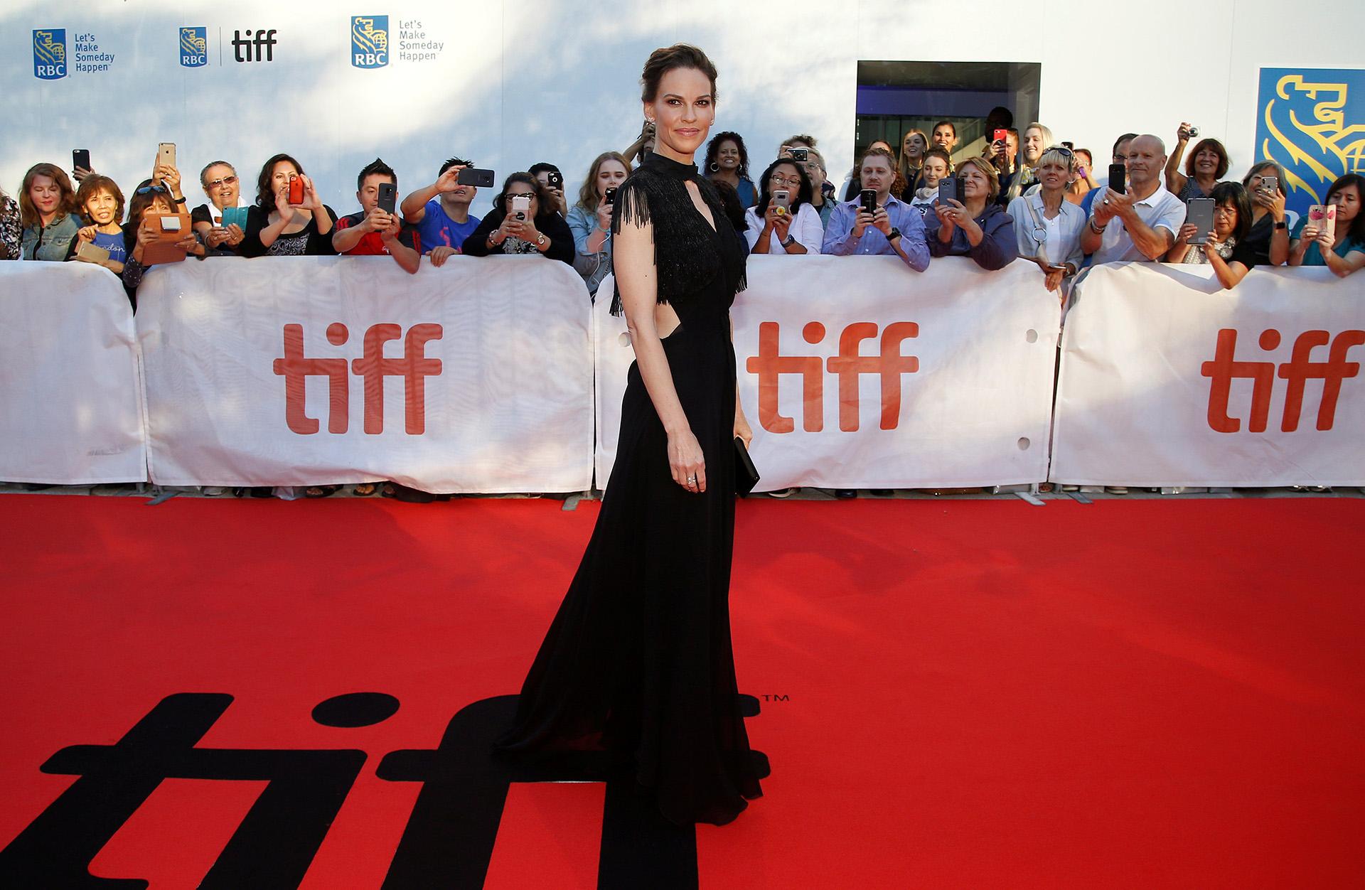 La natural elegancia de Hilary Swank con un vestido de gala negro
