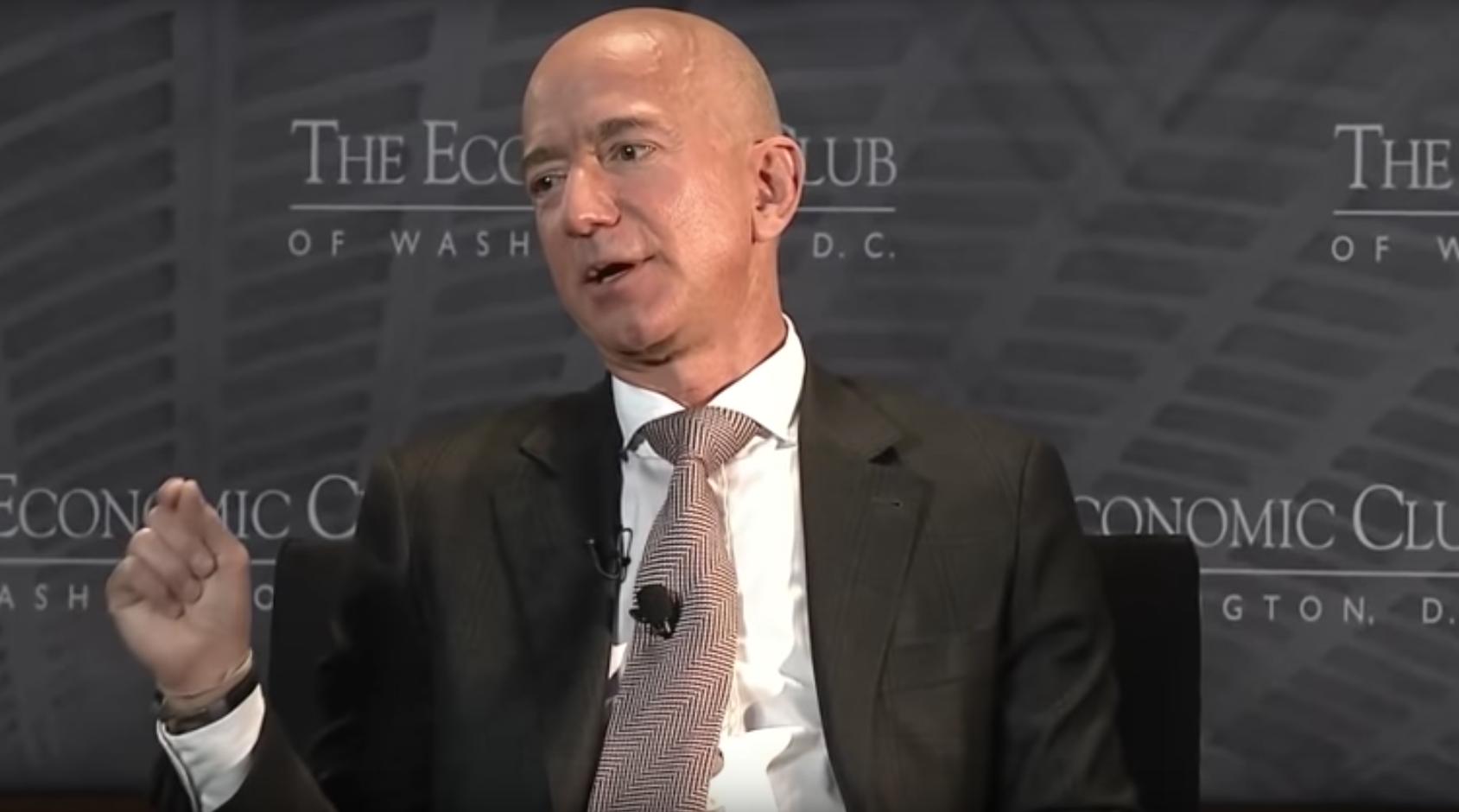 En The Economic Club de Washington DC, el CEO de Amazon anunciósu Fondo Primer Día.