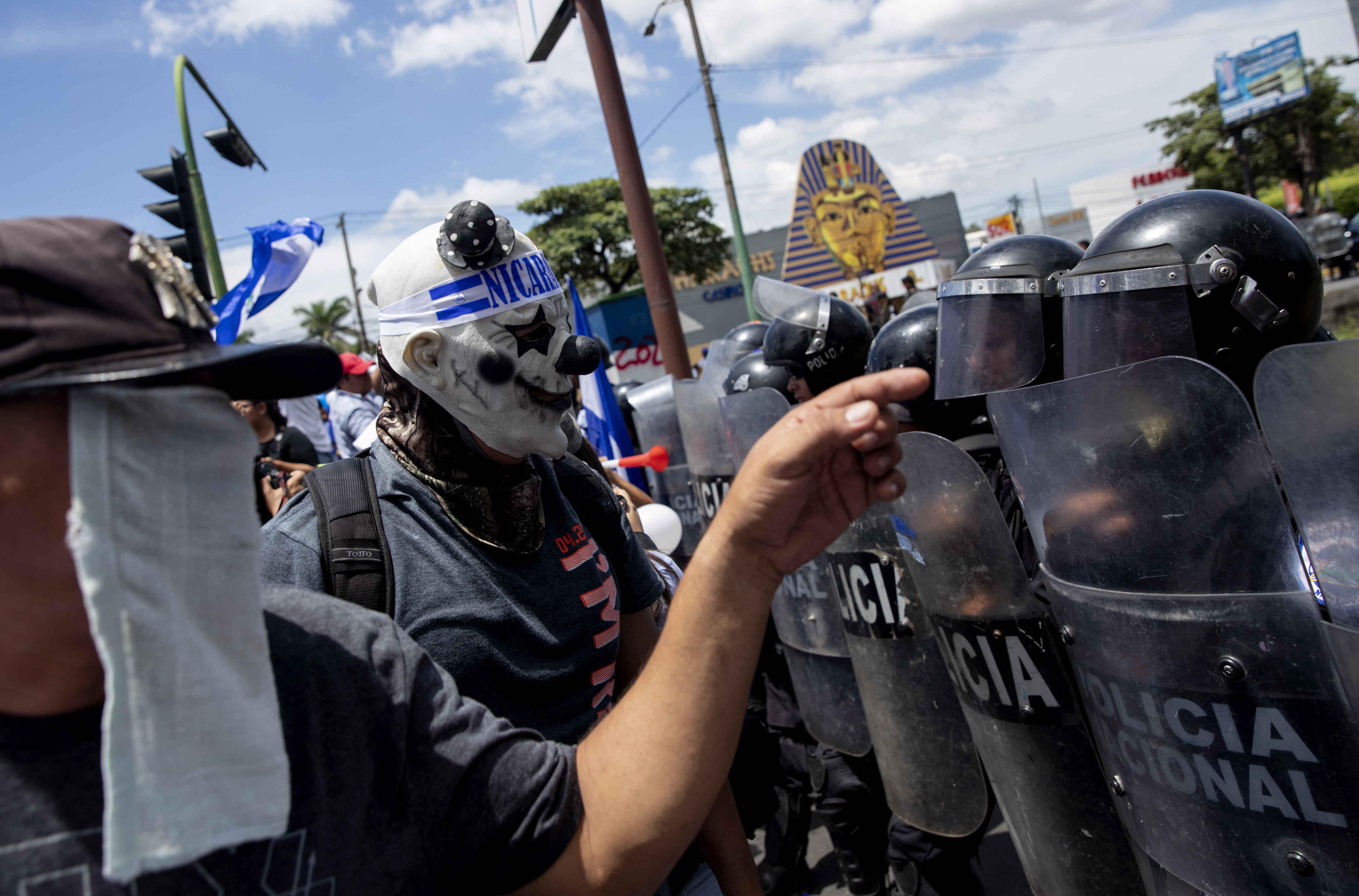"""Manifestantes se enfrentan a la policía del régimen de Daniel Ortega el 15 de septiembre en una marcha denominada """"Juntos somos patria"""""""