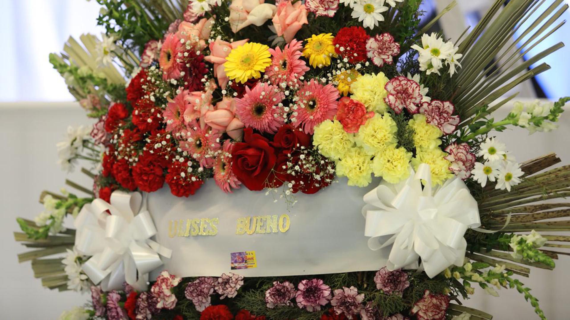 Candidato presidencial, tres veces gobernador y dirigente insoslayable del peronismo nacional y cordobés, De la Sota fue parte de la Renovación Peronista en los '80. El cantante de cumbia Ulises Bueno envío una corona de flores.