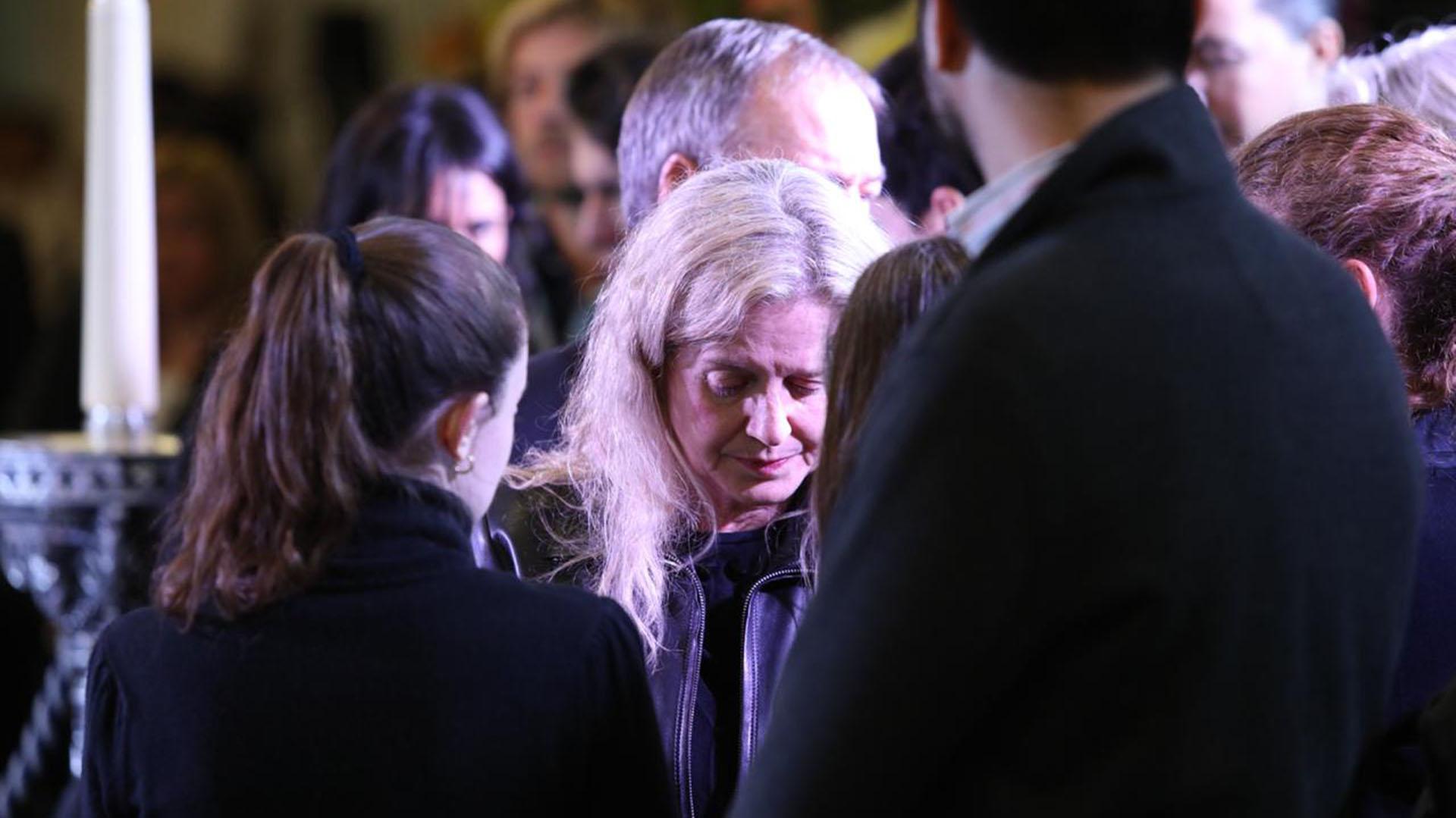 Adriana Nazario estuvo junto a las hijas del ex gobernador durante el velatorio