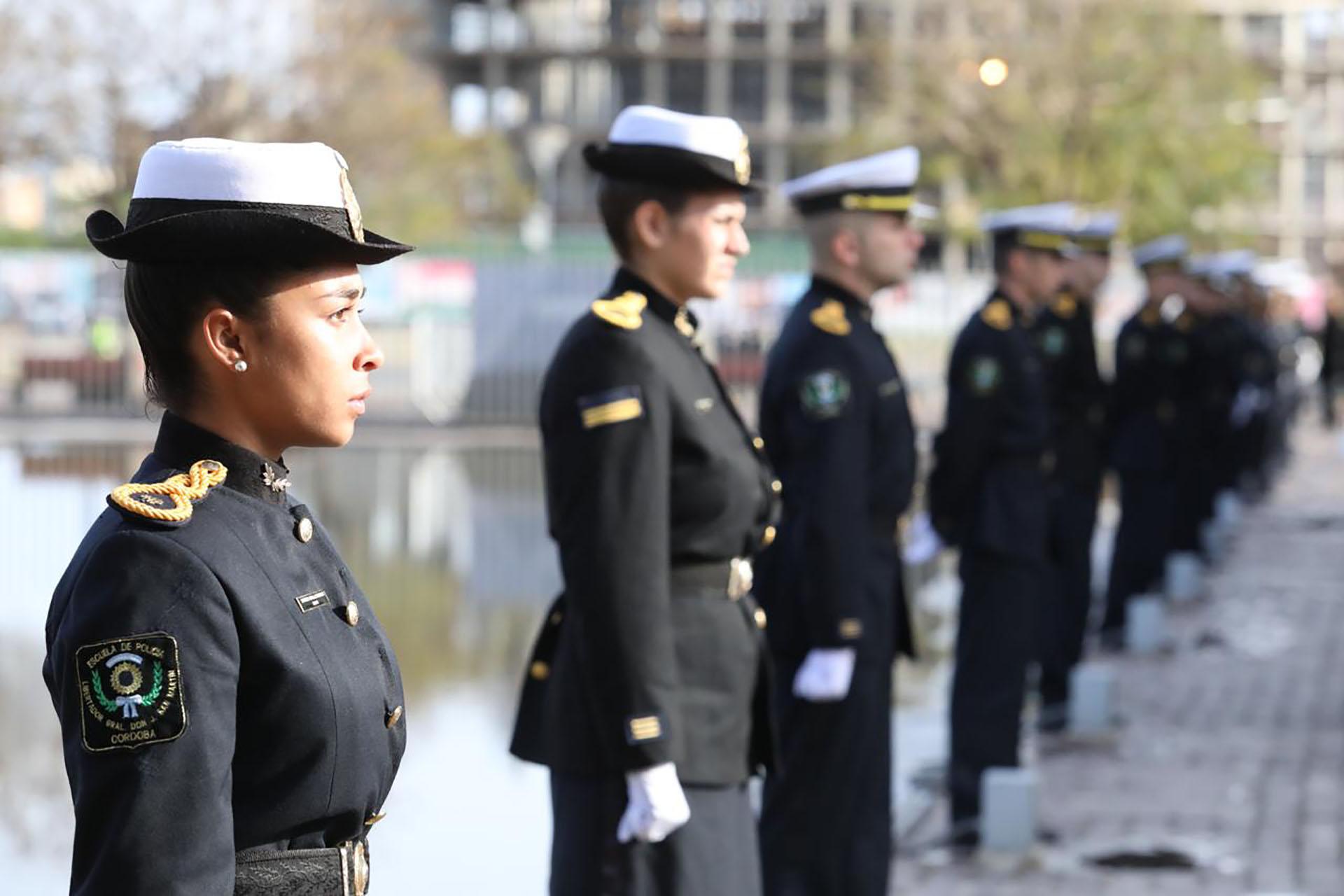 Efectivos de la policía provincial custodian el velorio