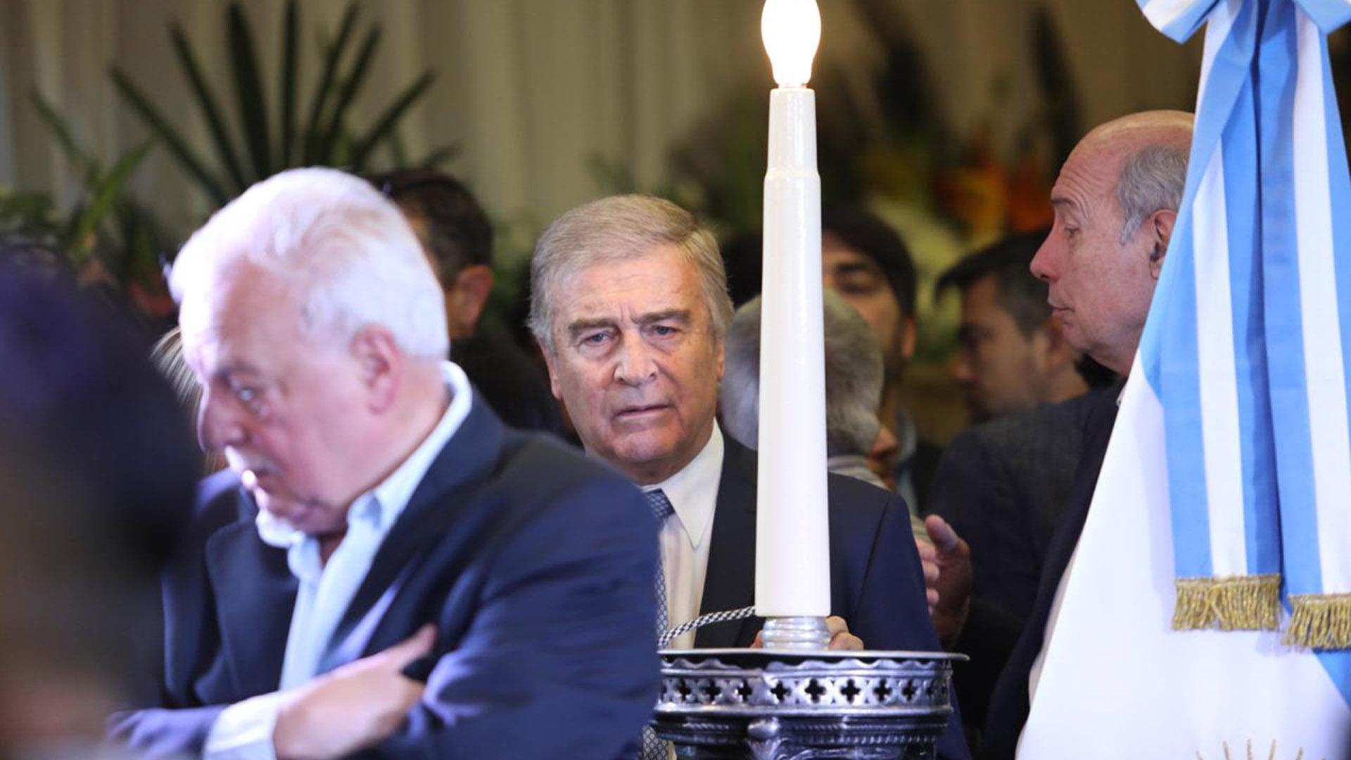 El ministro de Defensa y referente del radicalismo cordobés Oscar Aguad asistió al sepelio