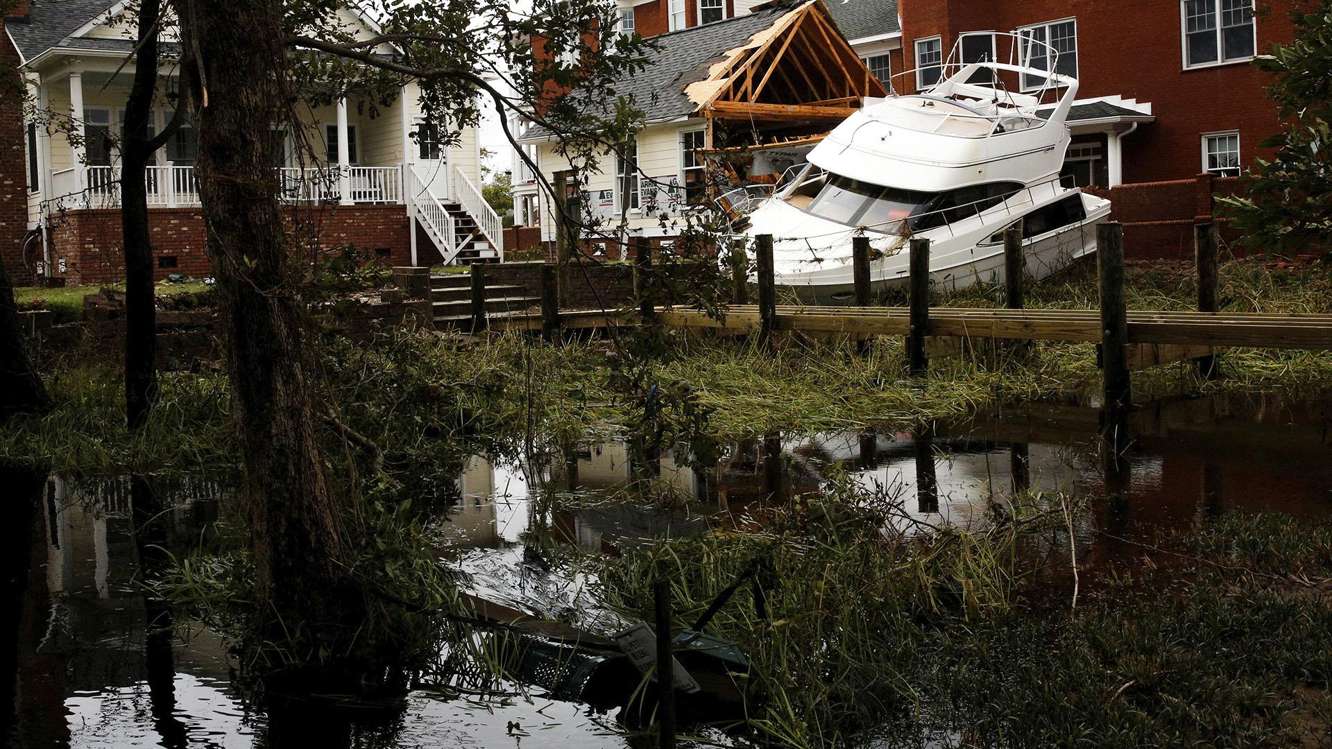 Un barco quedó incrustado contra una casa por el paso de Florence en Carolina del Norte (Reuters)