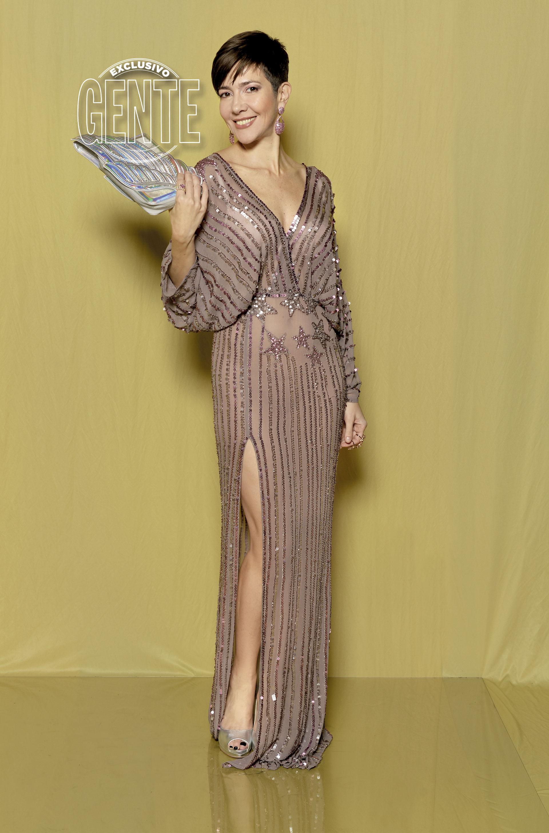 Cristina Pérez: Vestido en bordado vertical de Liguria, zapatos Ricky Sarkany, aros Jean Pierre y sobre de su colección.