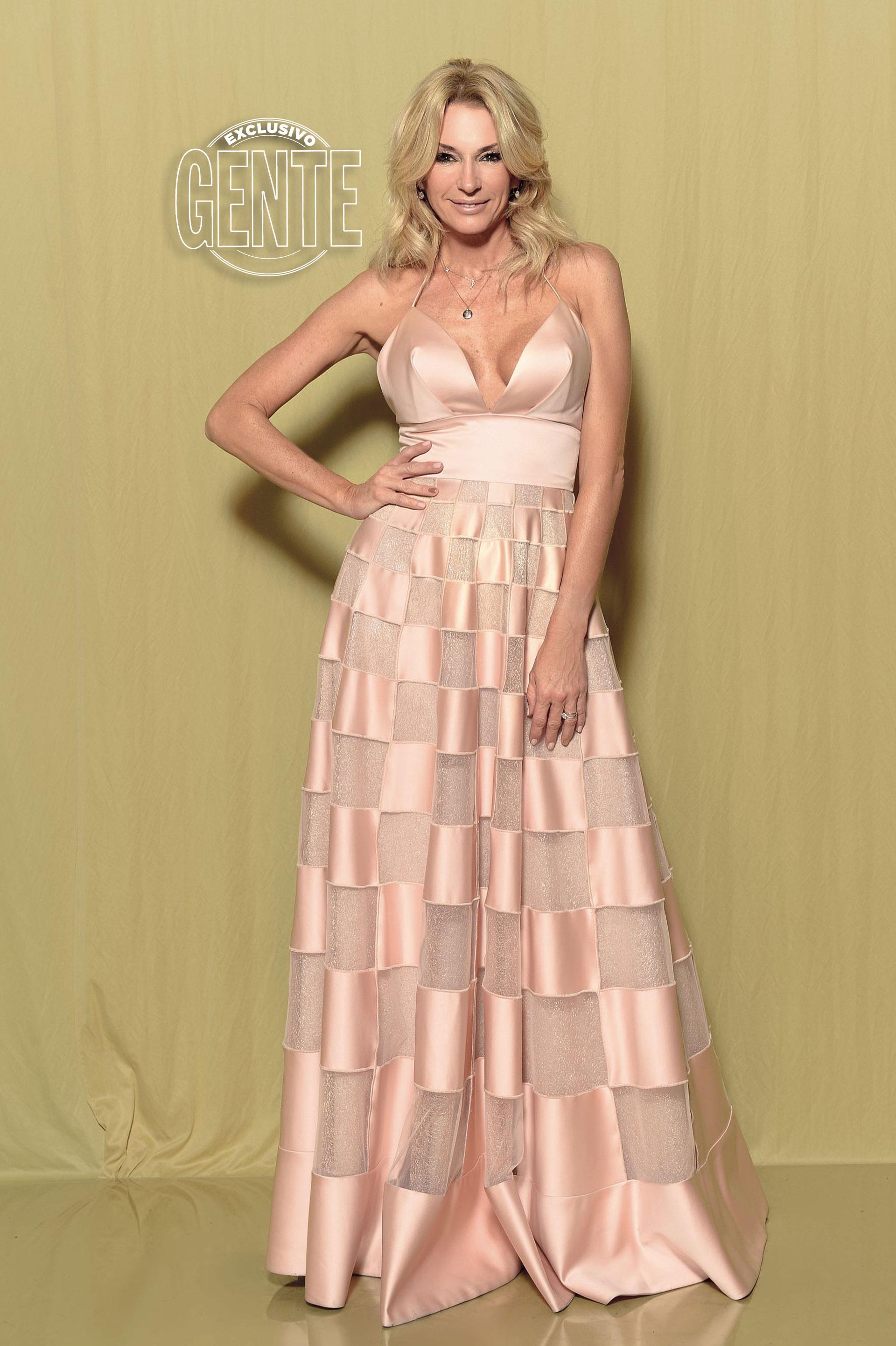 Yanina Latorre: Vestido con escote frontal y geometría en falda by Laurencio Adot.