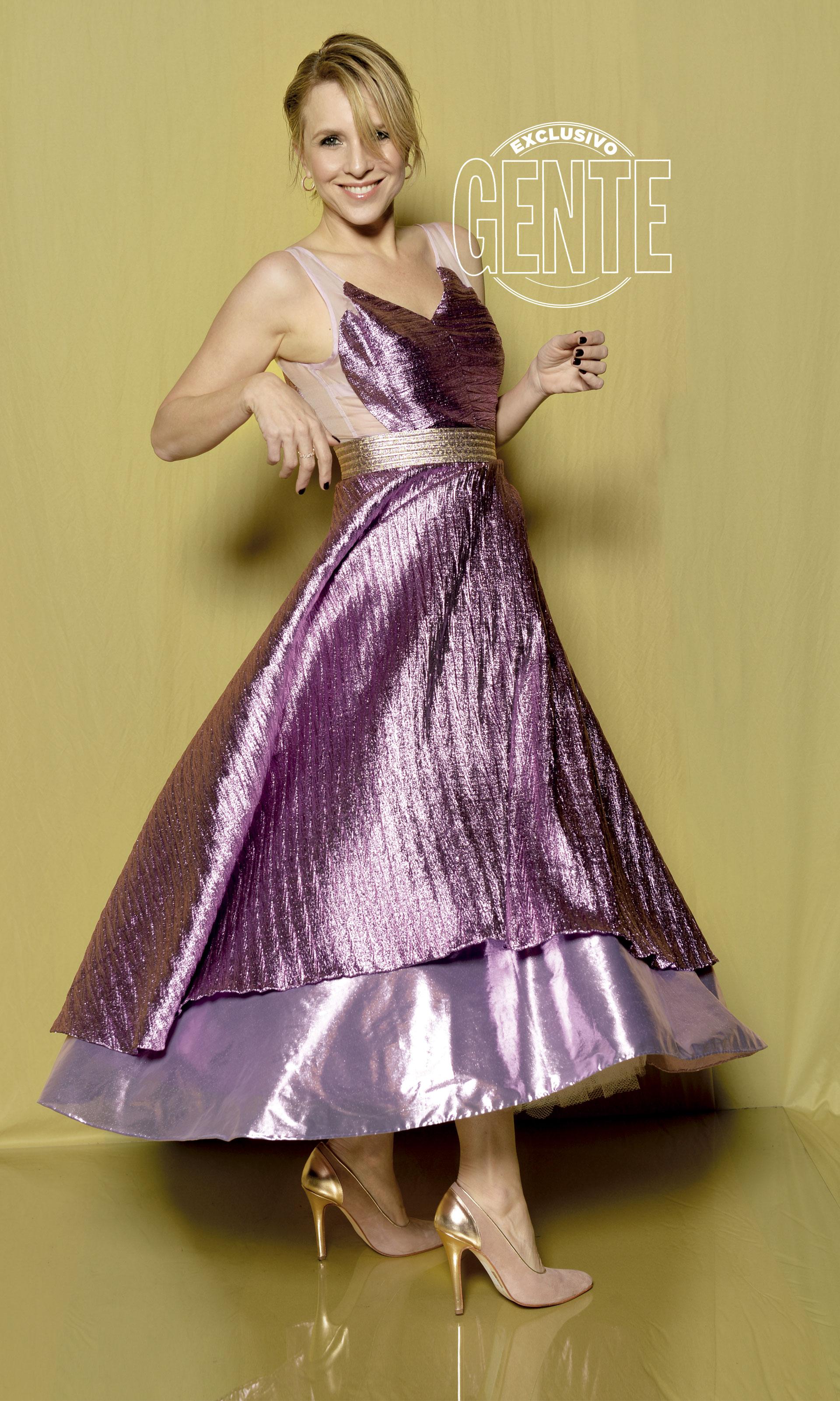 Carla Peterson: Diseño de silueta años 50' en brocato de seda, con cinturón de lurex by Fabián Zitta, con zapatos Valdez y aros Pandora.