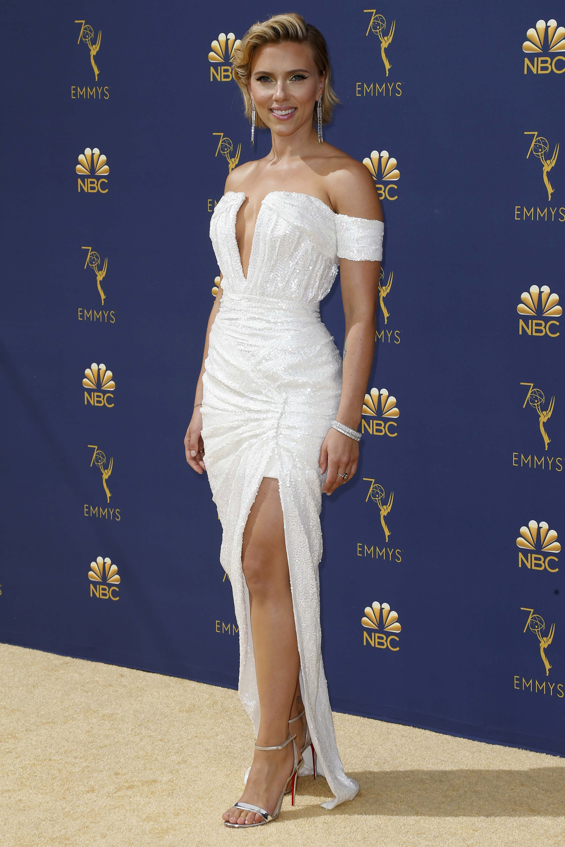Scarlett Johansson con un vestido de diseño de autor de lentejuelas blancas y corte asimétrico