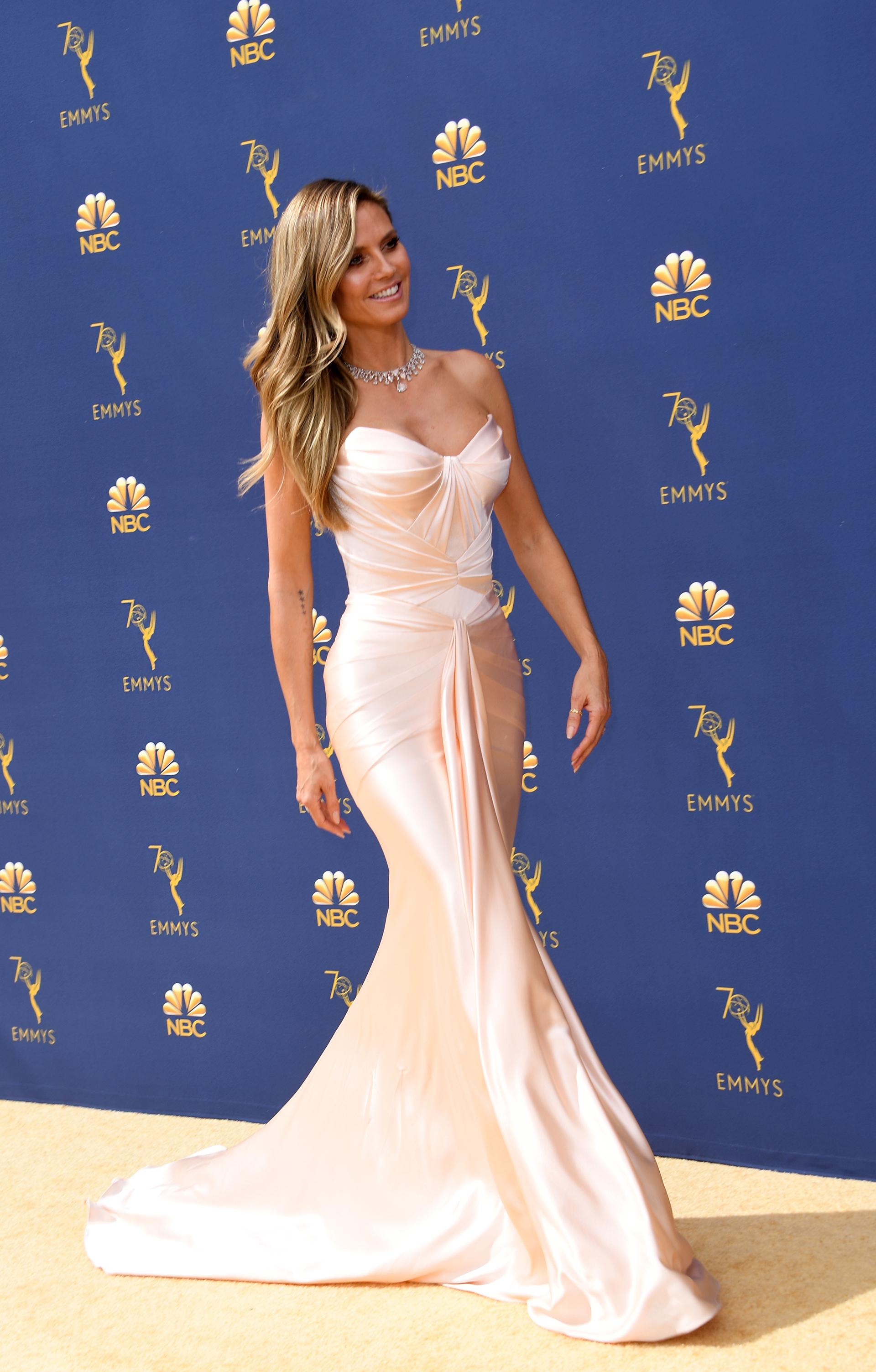 Heidi Klum con un elegante vestido drapeado en rosa empolvado de Zac Posen
