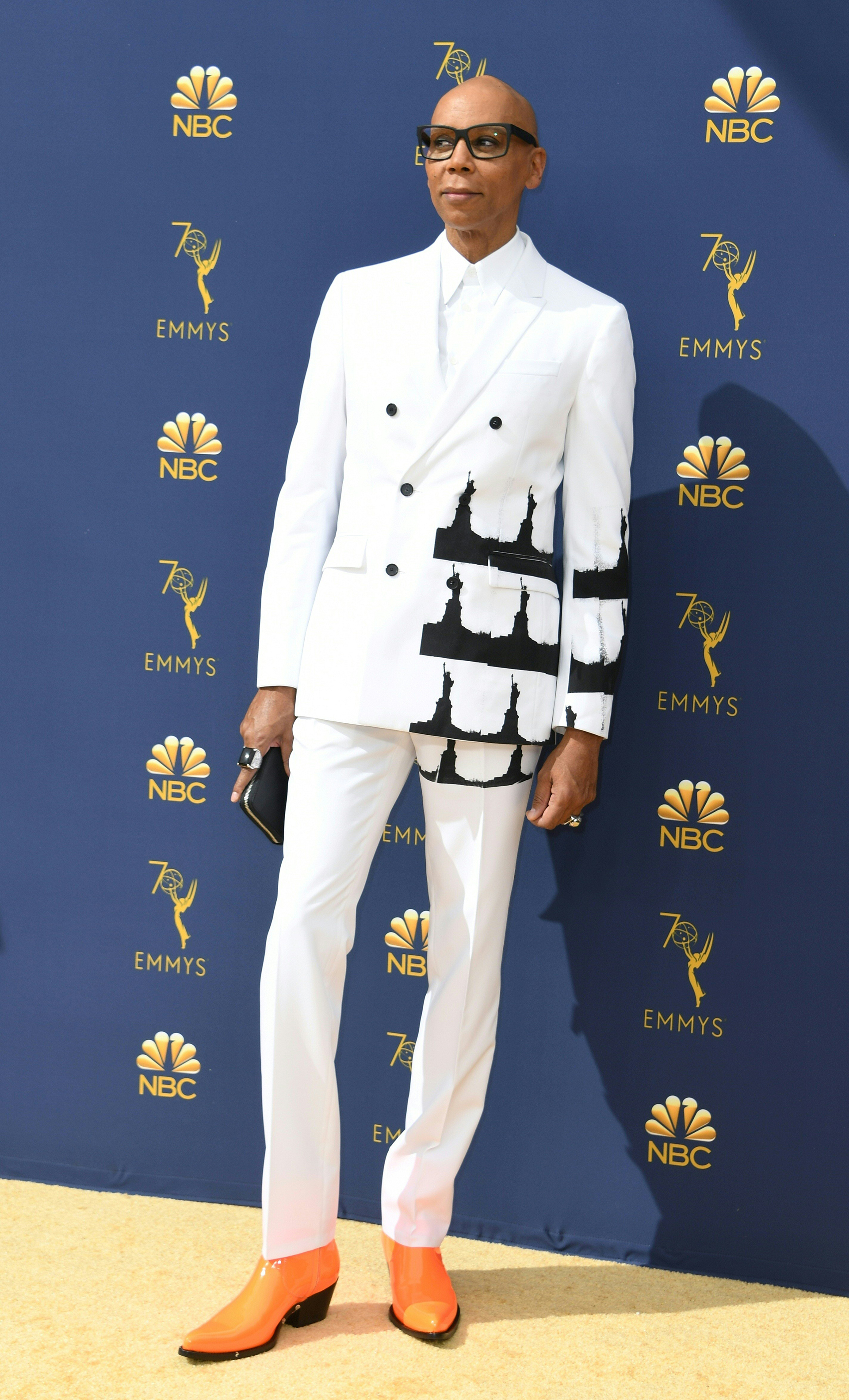 RuPaul con un osado look sobre la gold carpet