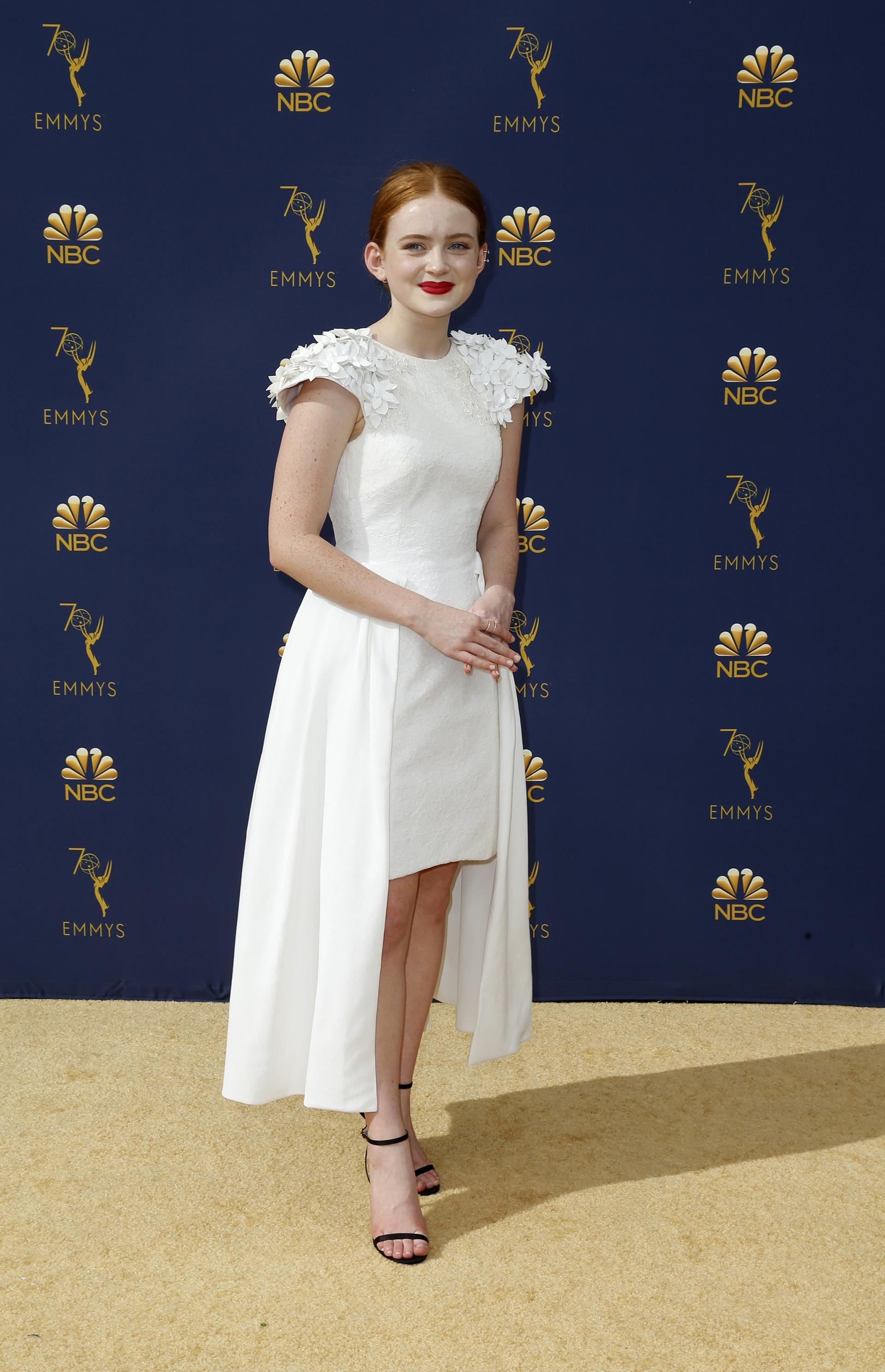 Sadie Sink, actriz de Strangers Things con un vestido también asimétrico