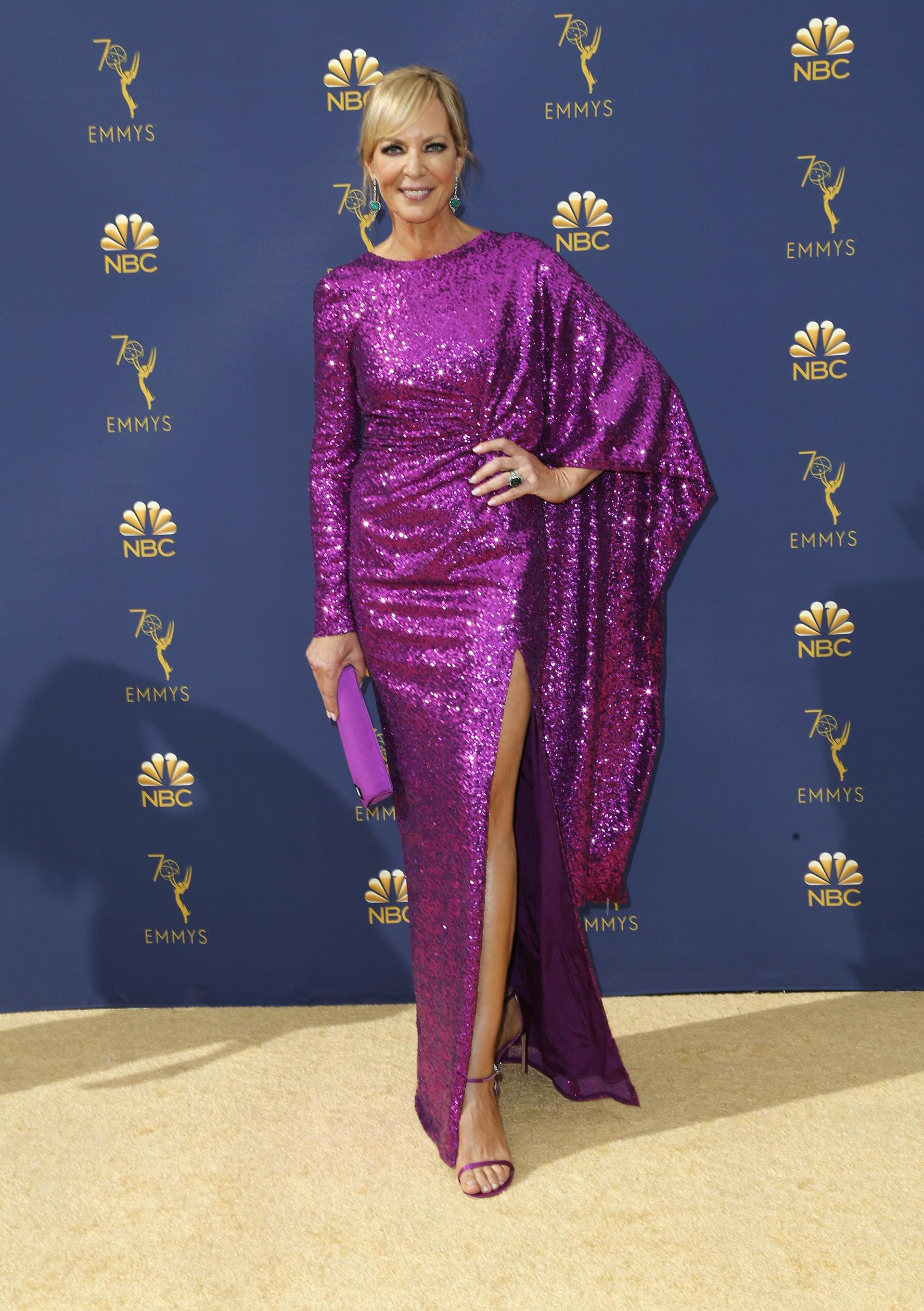 Allison Janney, entre las más osadas de la noche con un vestido de lentejuelas violetas