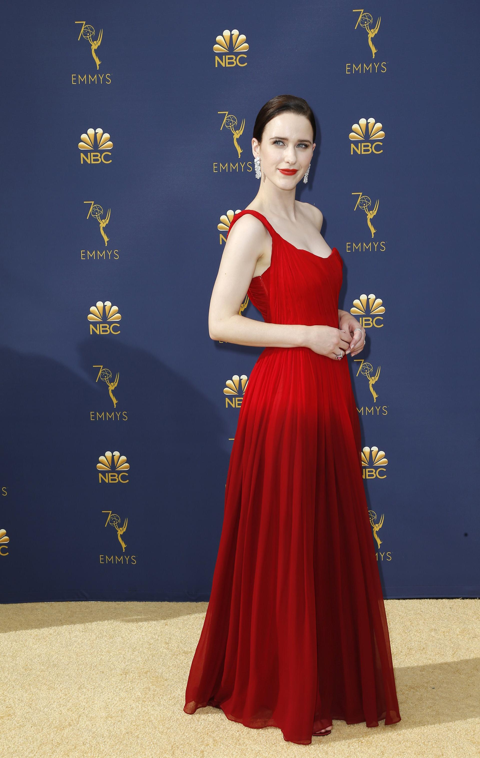 Rachel Brosnahan, se inclinò por una tonalidad clásica de la gala como es el colorad0, el diseño de Oscar de la Renta