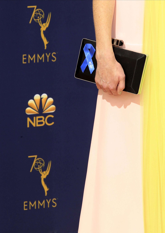 """Alexis Bledel llevó el lazo azul que responde al apoyo de algunas estrellas a la Unión Americana de Libertades Civiles y su campaña """"Stand With the ACLU""""."""