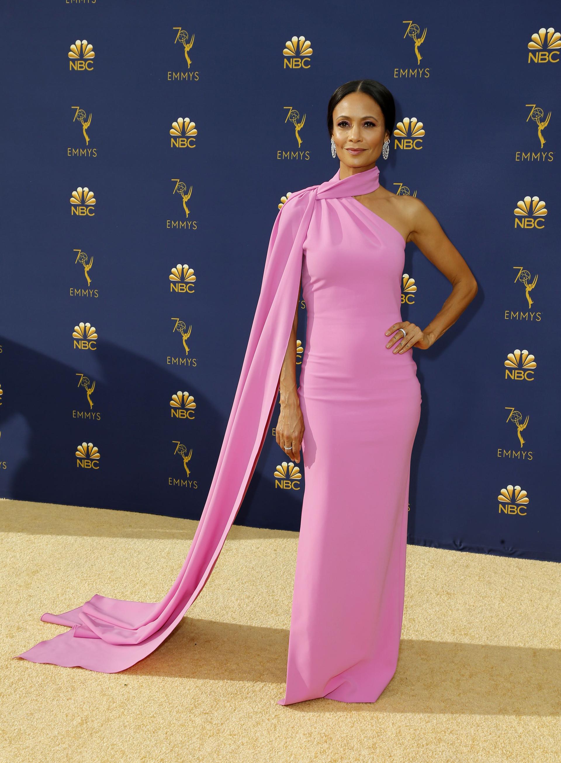 Thandie Newton, en rosa por Brandon Maxwell.