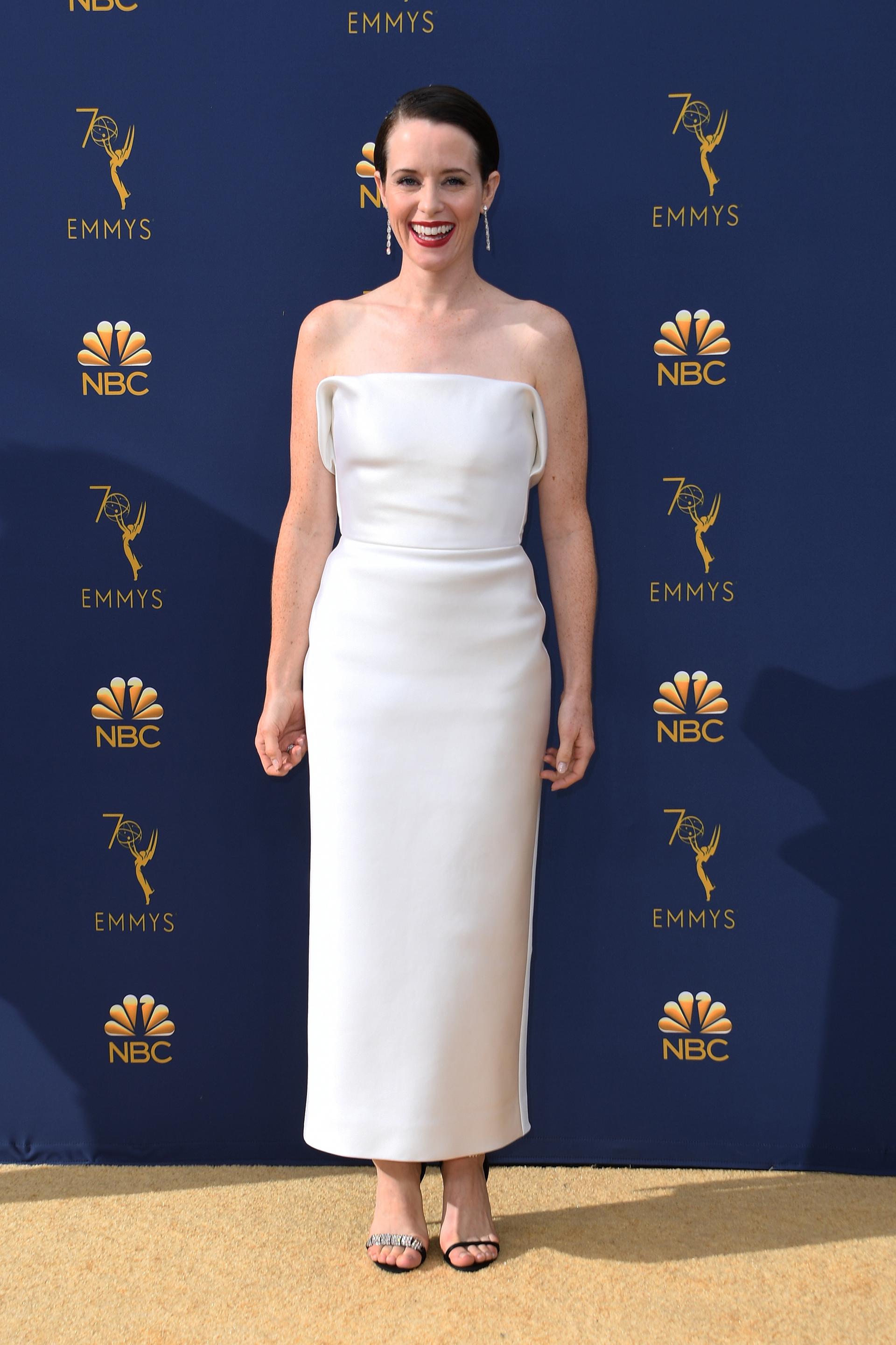 Claire Foy, ganadora de la noche por su papel en The Crown, con un look minimalista y distinguido de Calvin Klein by Appointment.