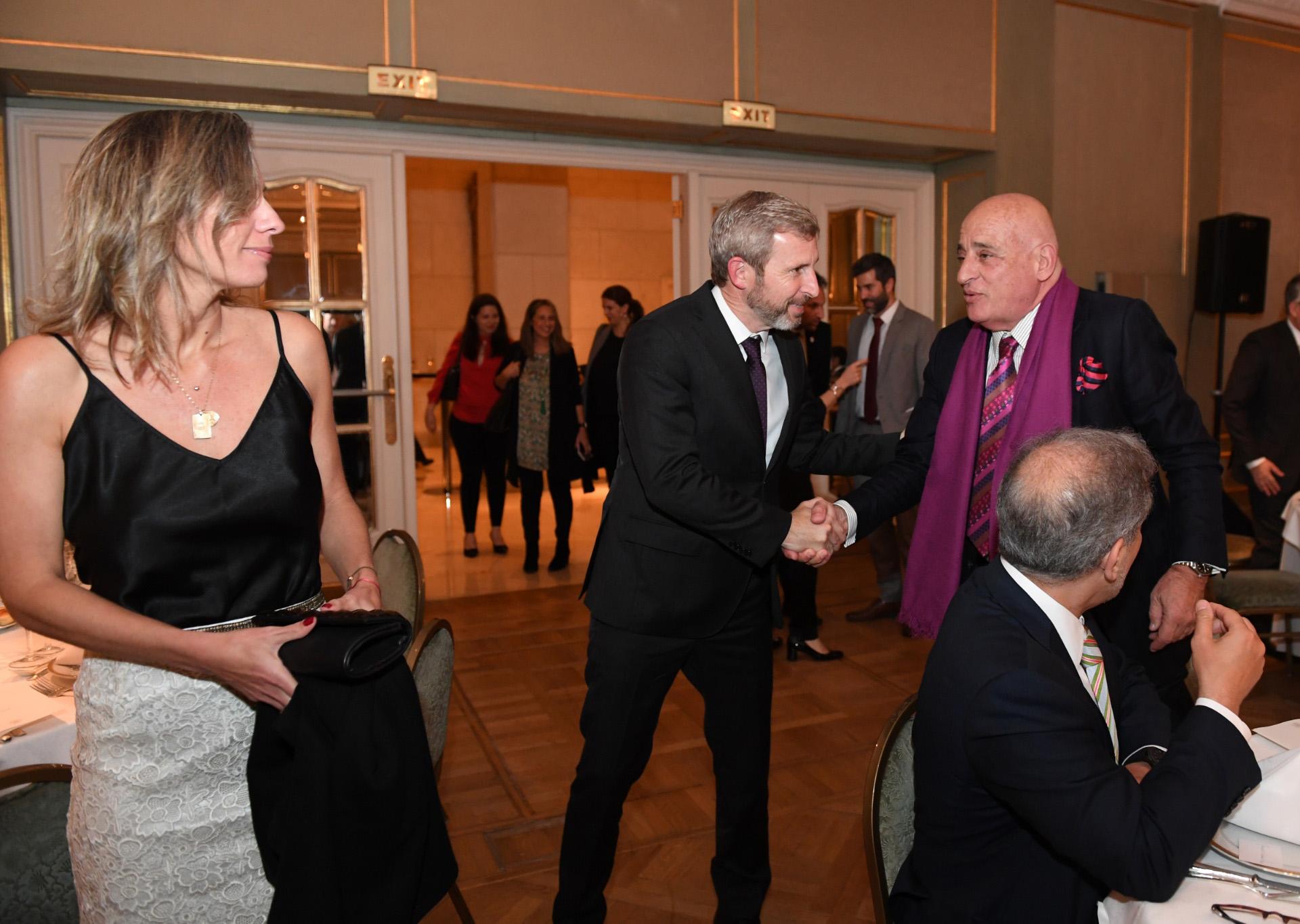 Ministro Frigerio y esposa saludan al rector de la Universidad de Tres de Febrero, Aníbal Jozami. (Maximiliano Luna)