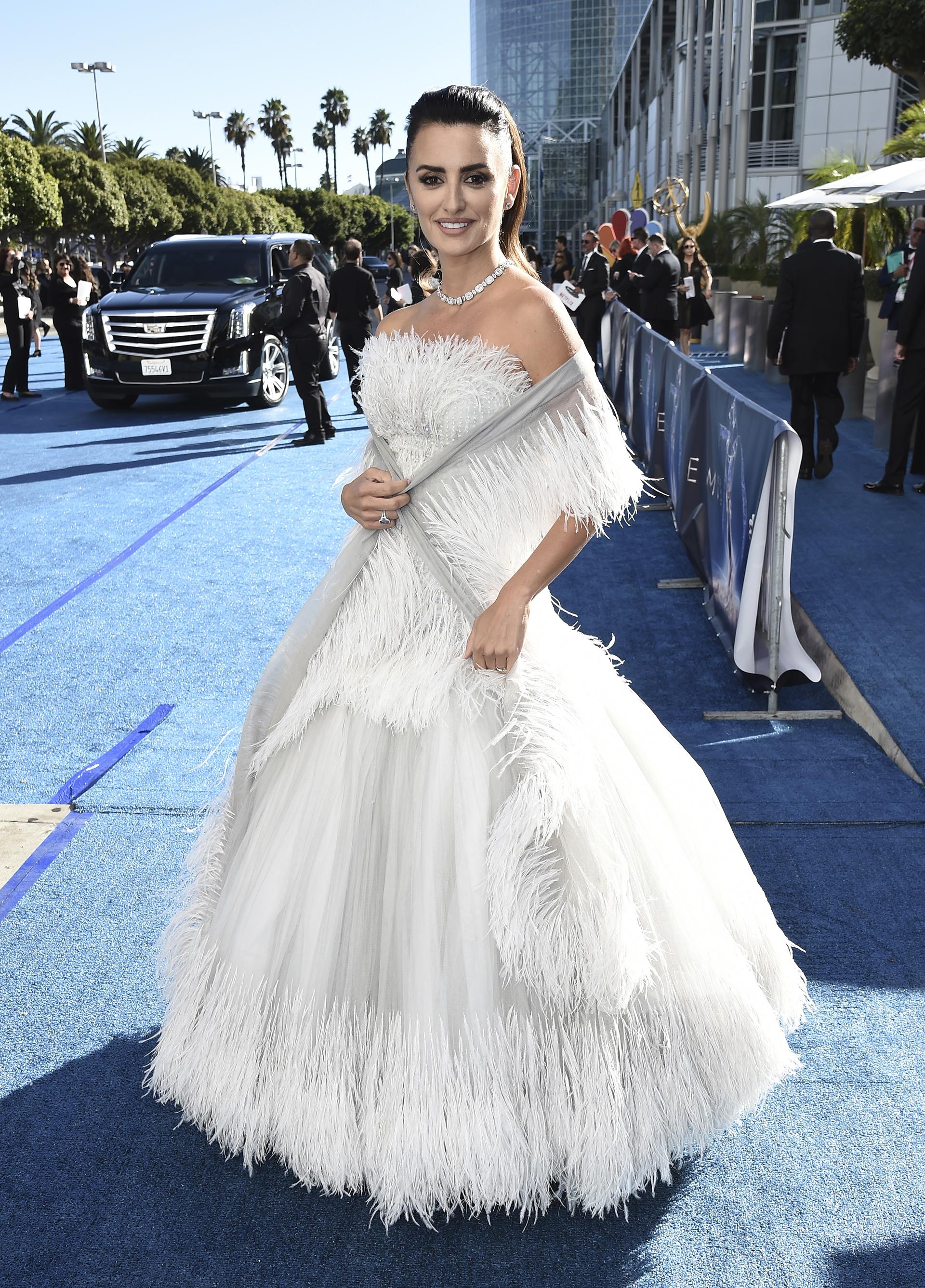 Penélope Cruz, entre las más distinguidas de la alfombra roja con un vestido gris con detalles en pluma de la firma Dior