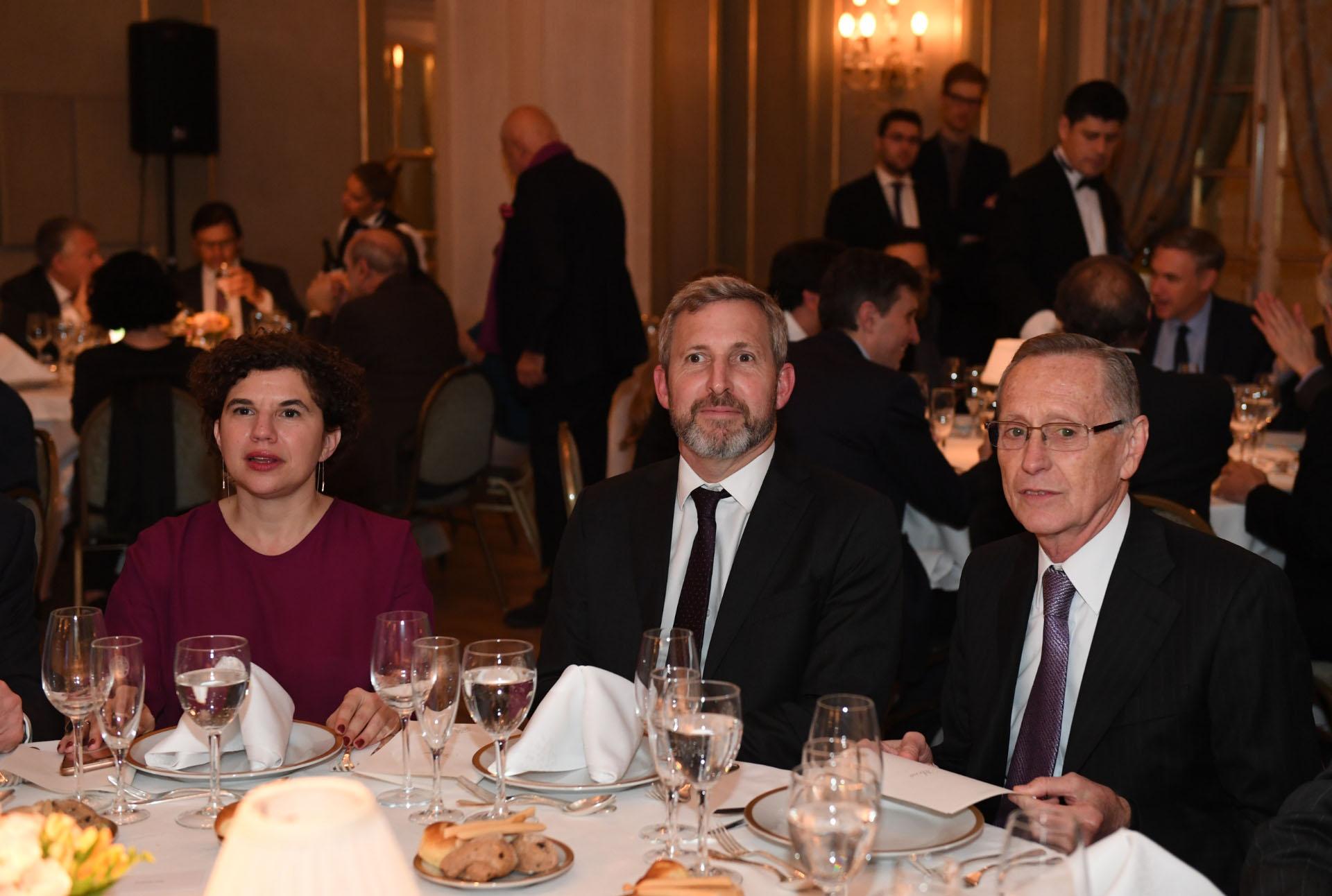 El ministro Rogelio Frigerio, invitado especial a la cena del T20. Aquí, junto a Julia Pomares, directora ejecutiva del CIPPEC, y Adalberto Rodríguez Giavarini, presidente del CARI. (Maximiliano Luna)