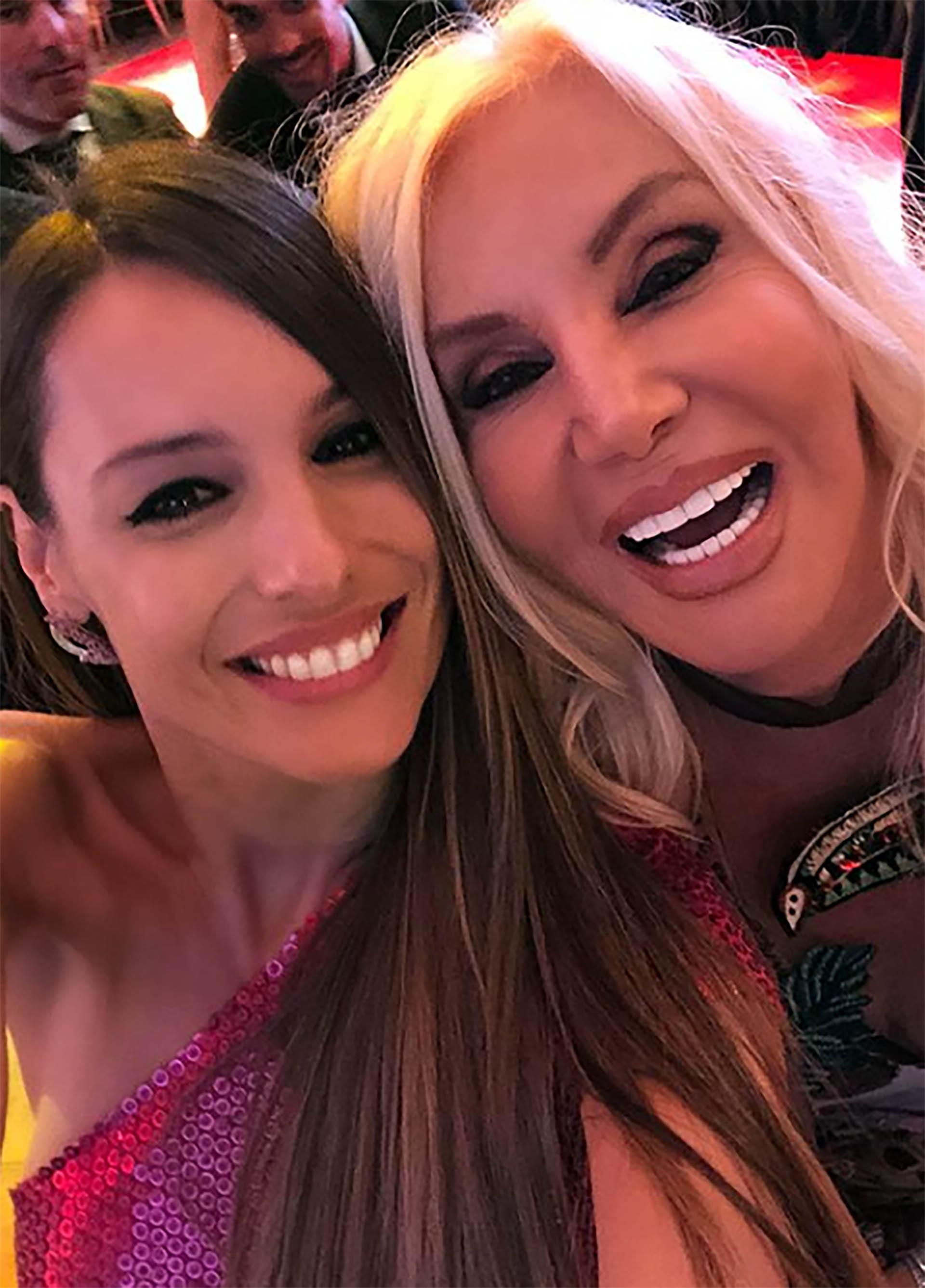 ¡Cumbre de divas! Pampita y Susana Giménezse encontraron en la gala solidaria de Fundaleu. Sacándose selfies y charlando al oído, demostraron que hay muy buena onda entre ellas (Instagram)
