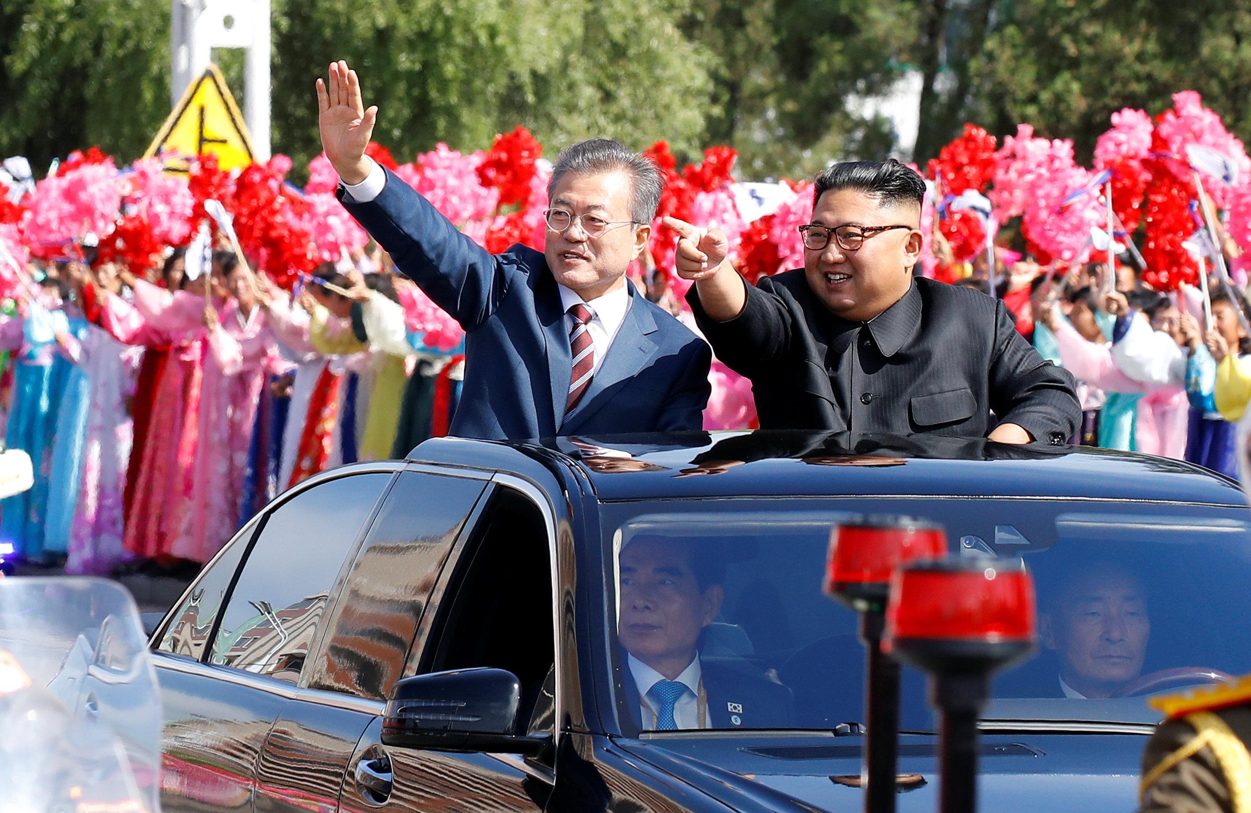 Los dirigentes de las dos Coreas desfilaron en coche por las calles de Pyongyang aclamados por la multitud antes de una tercera cumbre en la que el surcoreano intentará allanar el camino para avanzar en la desnuclearización norcoreana