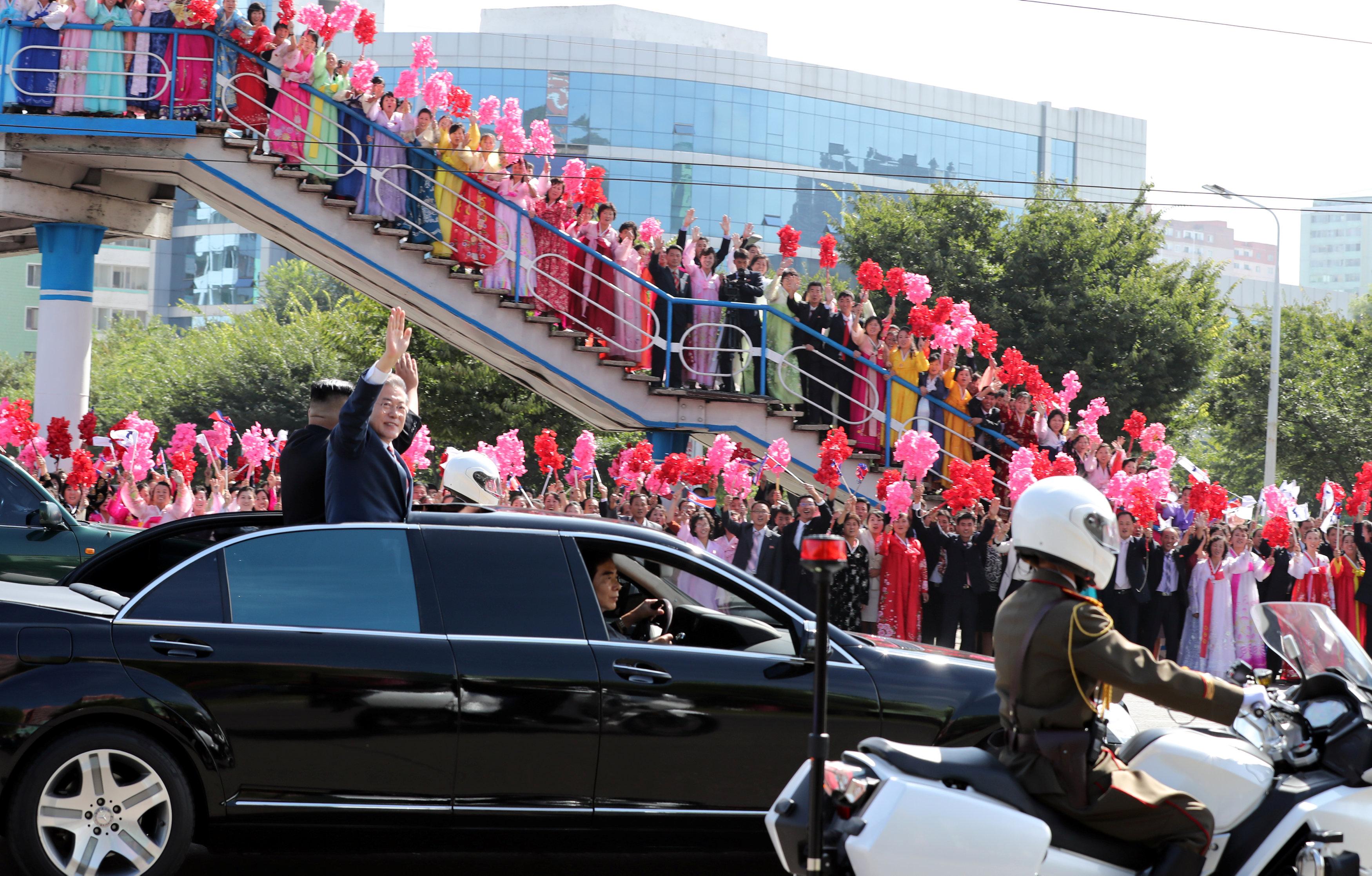 Moon se mostró durante toda la jornada sonriente y cómodo, también cuando Kim lo paseó por varios de los puntos emblemáticos de Pionyang, como la avenida Ryomyong o el Palacio del Sol de Kumsusan, mientras una ordenada multitud de ciudadanos los vitoreaba al paso