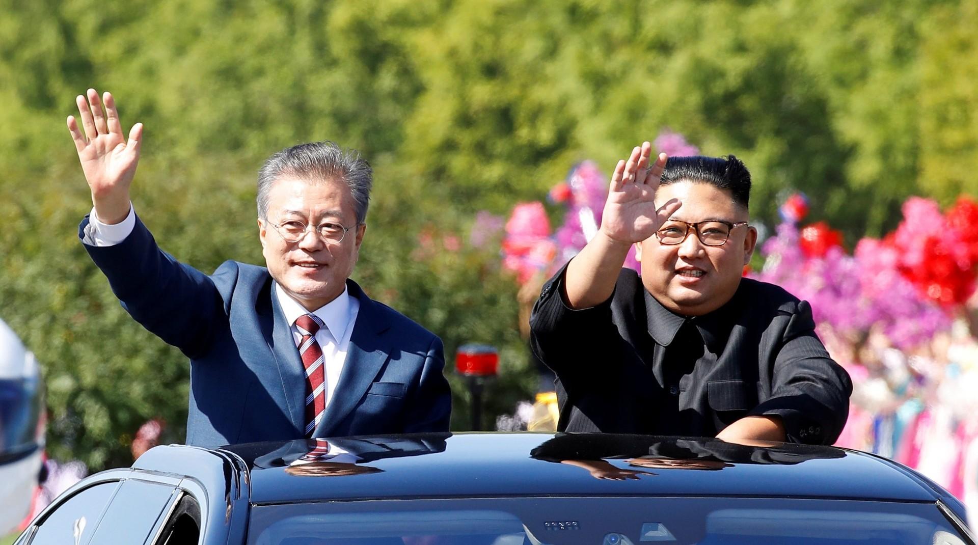 Moon Jae-in y Kim Jong-un saludan en el desfile en Pyongyang (Reuters)