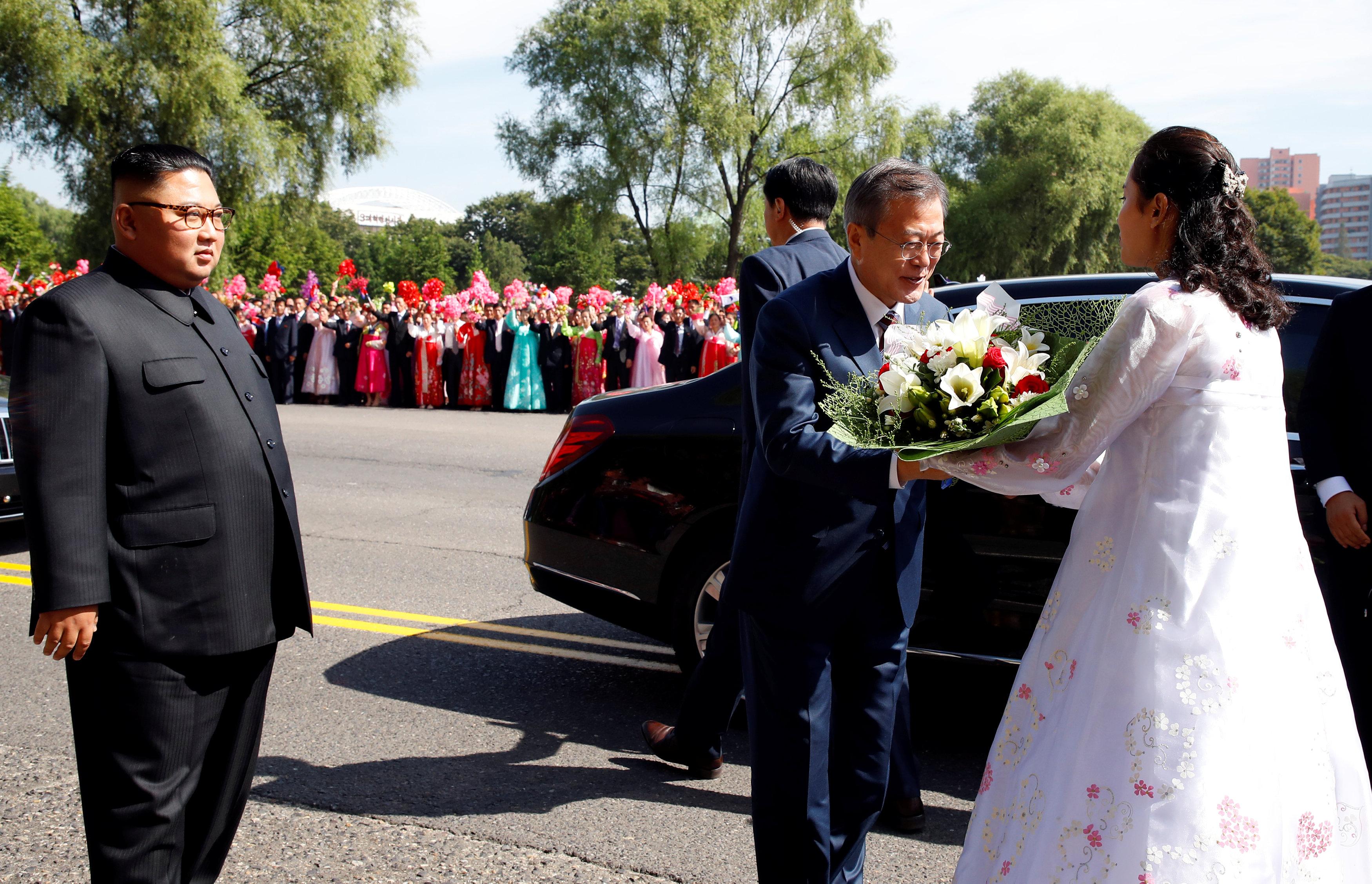 El presidente recibió un arreglo floral como parte de la ceremonia
