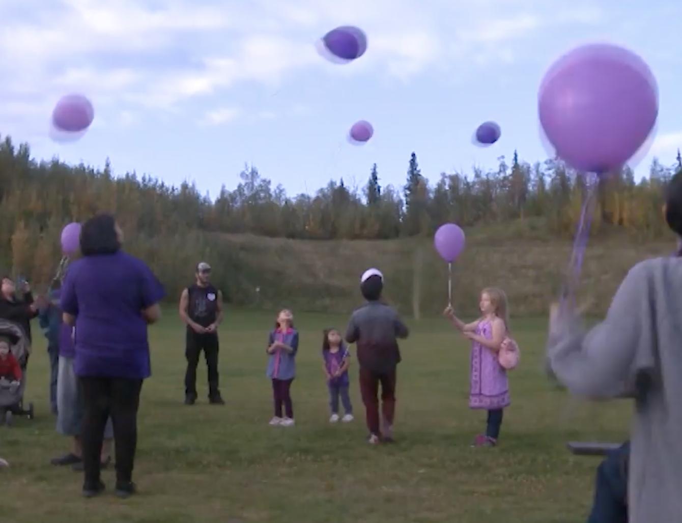En la vigilia en memoria de Ashley soltaron al cielo globos púrpura, el color preferido de ella