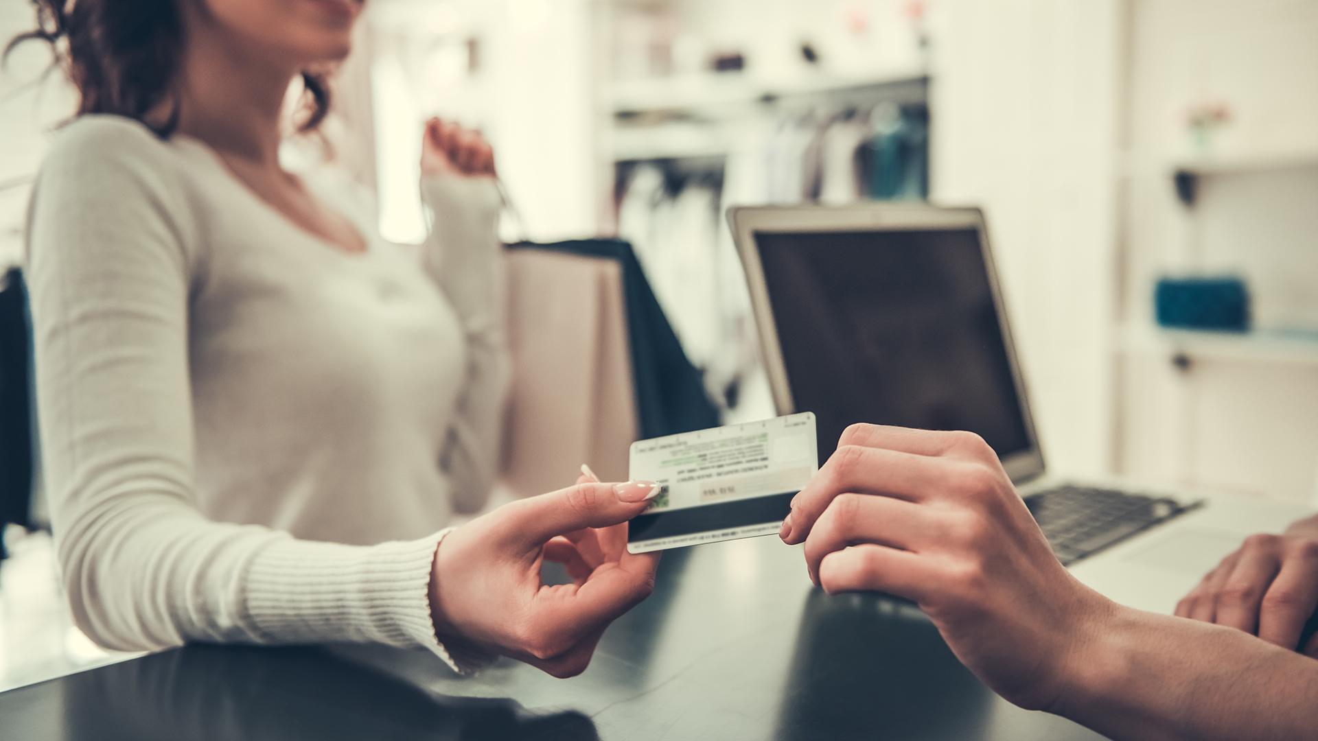 La aceleración de la inflación sacó del mercado a las compras en cuotas sin interés (Getty Images)