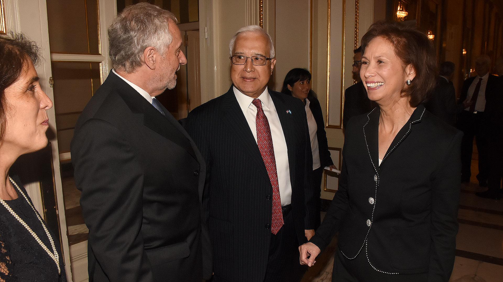 El presidente de la Fundación Centro de Estudios Americanos (CEA), Luis Savino, recibe al embajador de Estados Unidos en la Argentina, Edward C. Prado, y su mujer María en la cenal anual de esa institución