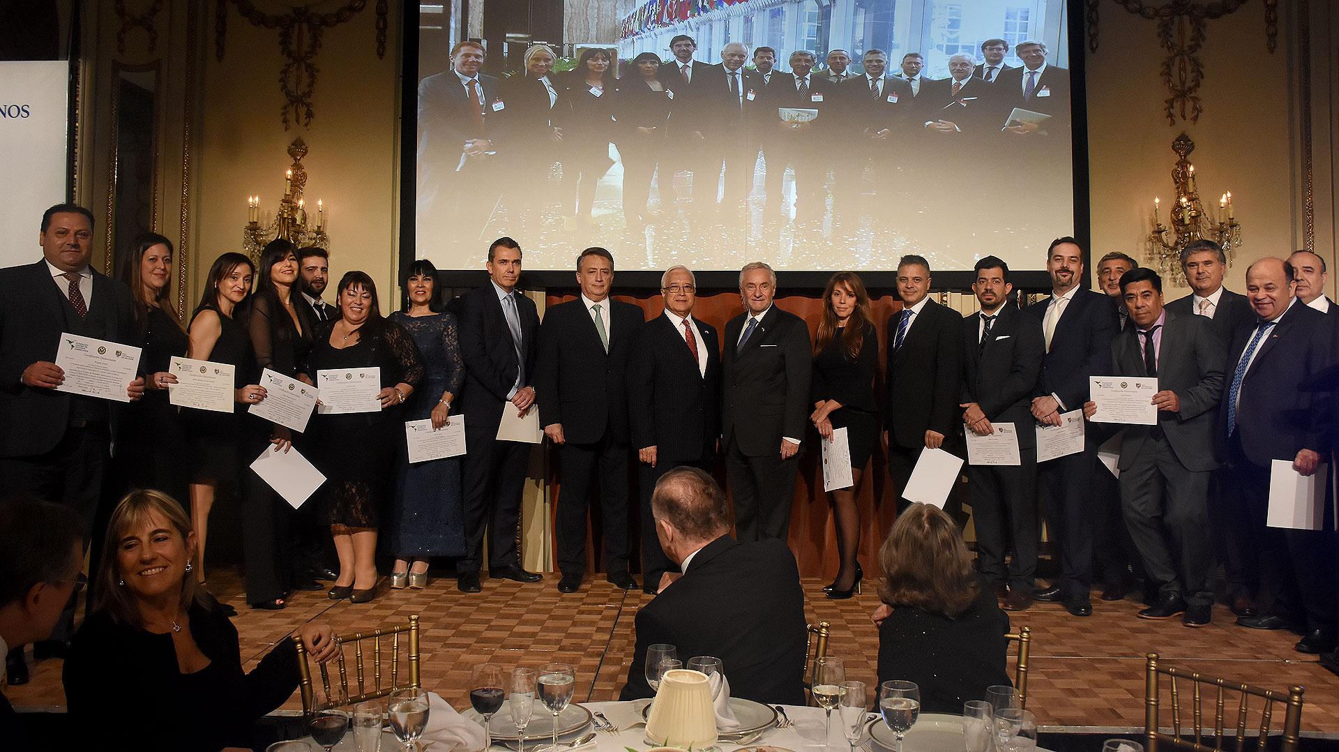 En la ceremonia, se hizo entrega de los diplomas firmados por el embajador Prado en representación del Departamento de Estado-, el rector de El Salvador, Carlos Salvadore De Arzuaga, y el presidente de la fundación CEA, a los líderes que participaron de las actividades en Washington, en 2017