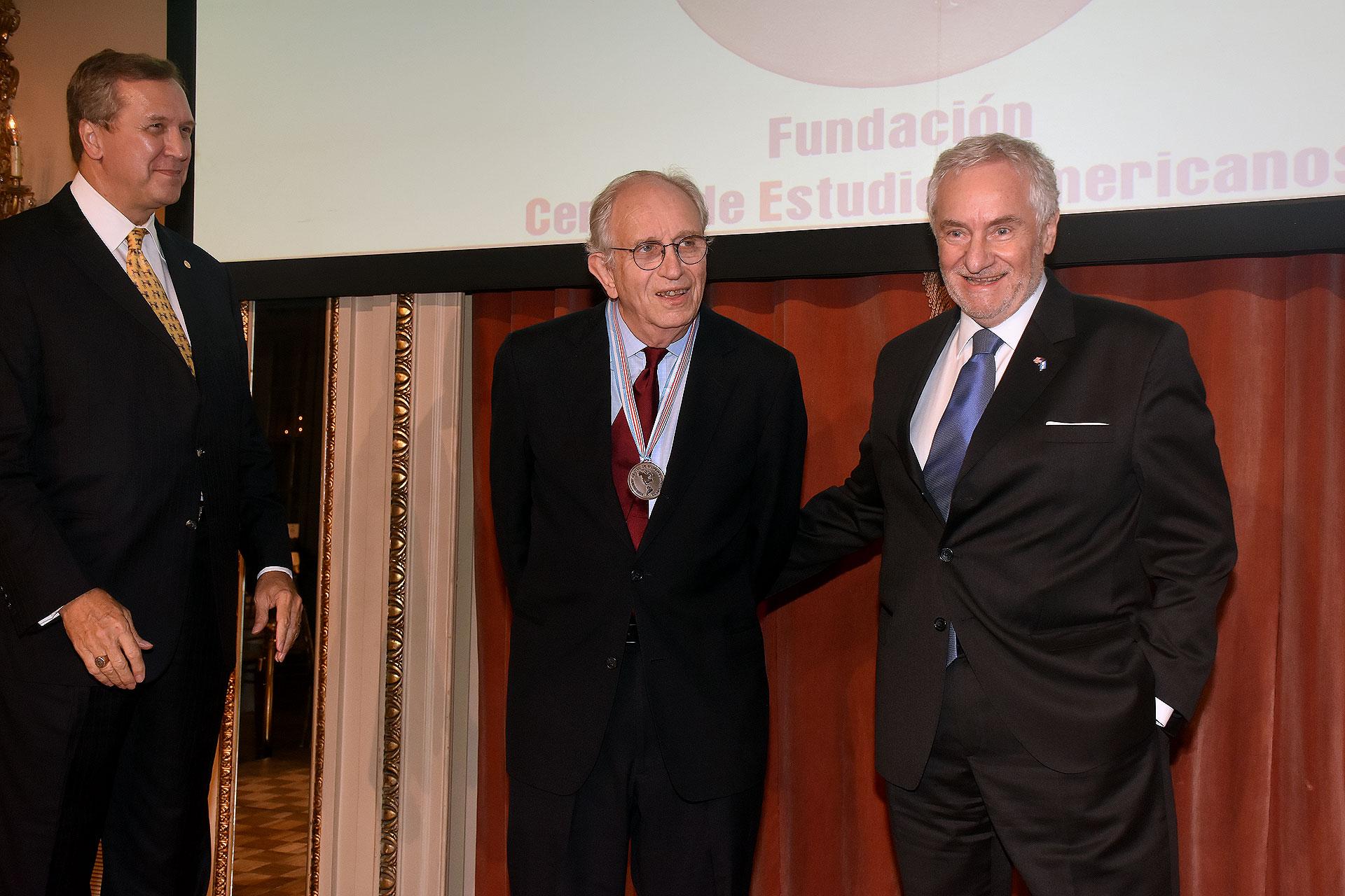 El presidente emérito del Inter American Dialogue, Peter Hakim