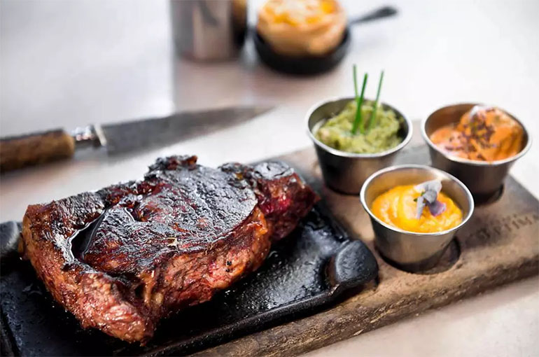 En La Cabrera se cumple la ceremonia por la cocción de cada corte de carne. Tiene sucursales en otros países de América, y hasta en Filipinas.