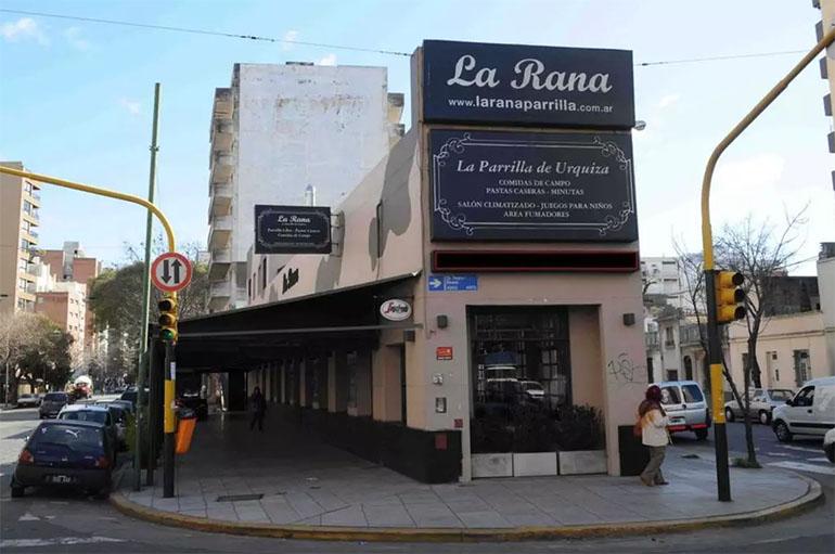La parrilla La Rana, ubicada en Av. Alvarez Thomas 3425, en el barrio de Villa Urquiza. Una esquina cálida y amplia con un sector sobre la vereda, semicubierto, ideal para las épocas de buen clima.