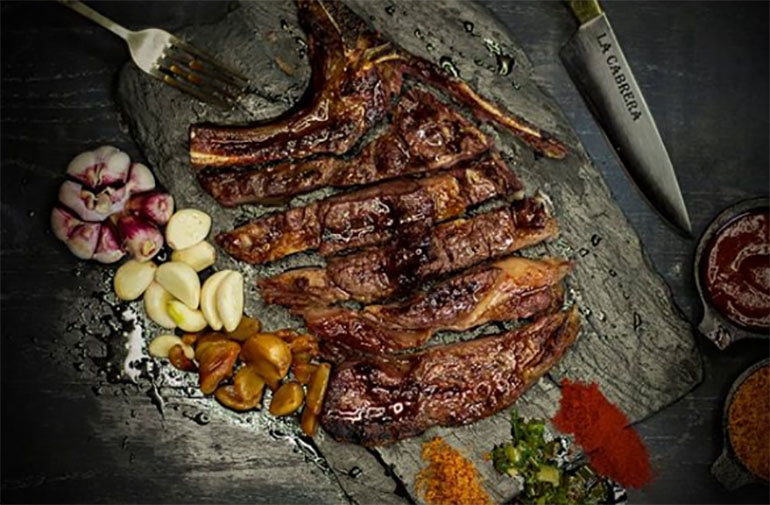 Delicias cárnicas de La Cabrera en el barrio de Palermo, en sus dos locales José Antonio Cabrera 5099 y 5127, Buenos Aires.
