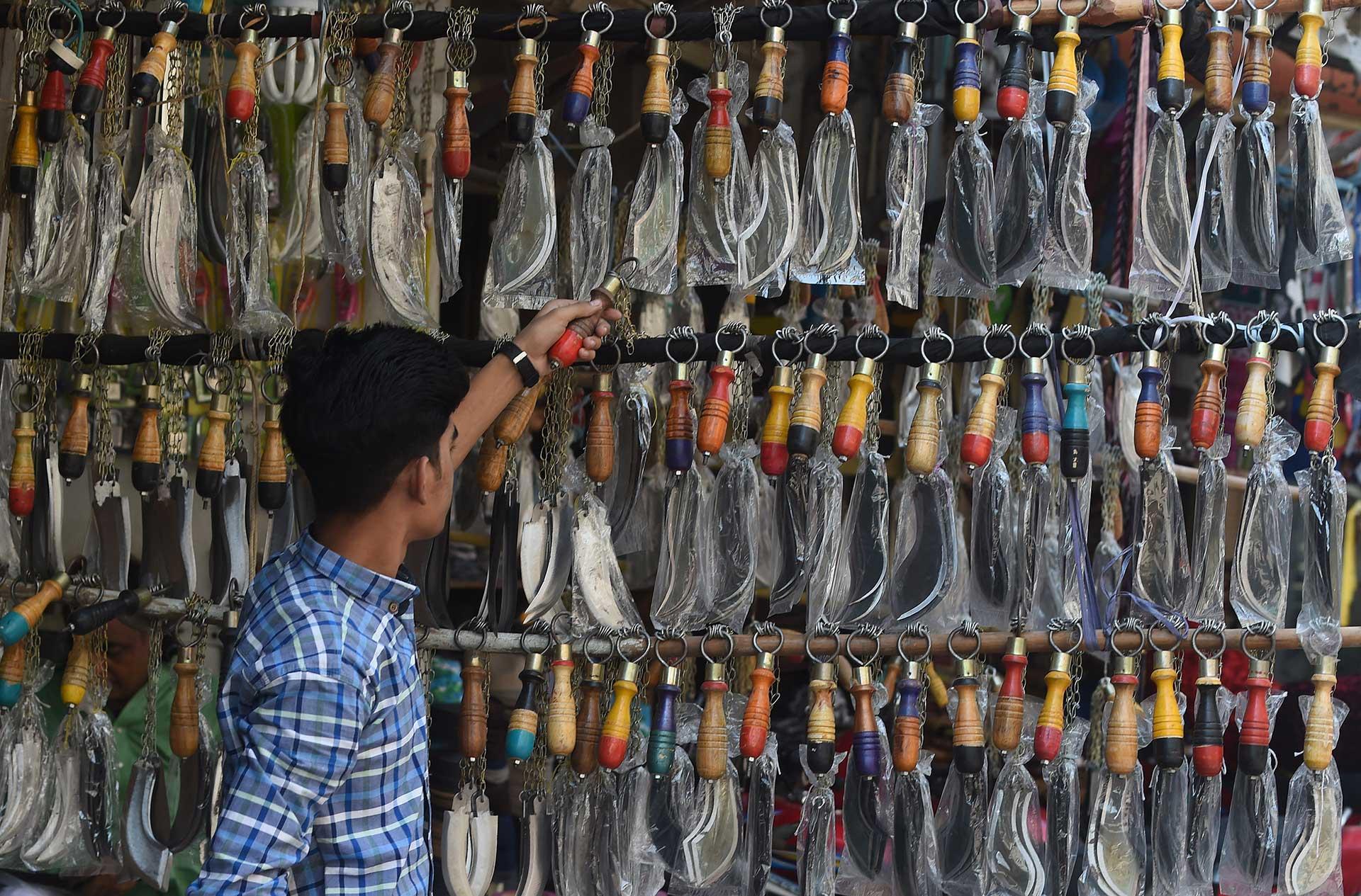Locales venden los instrumentos para que los musulmanes devotos de Hussein se autoflagelen (AFP)