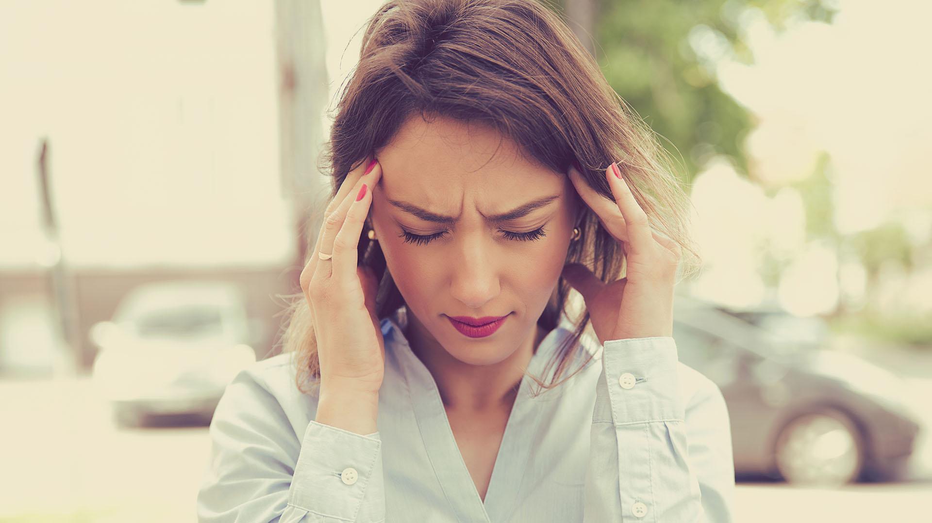"""""""No estamos diciendo que el ibuprofeno u otros medicamentos directamente no sirvan para la migraña, sino que hay que tener en cuenta que cada paciente necesita un diagnóstico y un tratamiento personalizado e indicado por un profesional de la salud"""", indico la doctora Goicochea.  (Getty)"""
