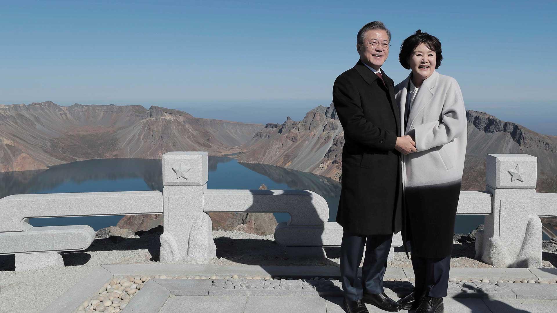 El presidente de Corea del Sur, Moon Jae-in, y la primera dama Kim Jung-sook posan para fotografías en la cima del Monte Paektu, Corea del Norte, el 20 de septiembre de 2018. (Reuters)