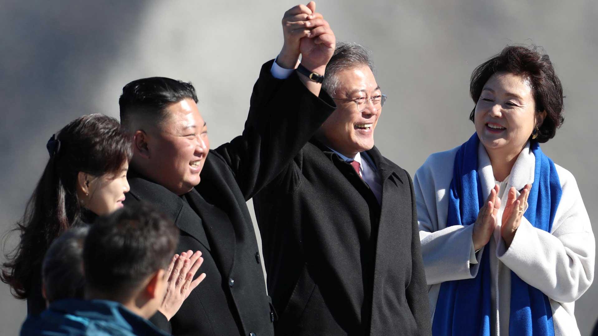 El líder de Corea del Norte, Kim Jong-un, y el presidente de Corea del Sur, Moon Jae-in, durante una de las cumbres realizadas este año (Reuters)