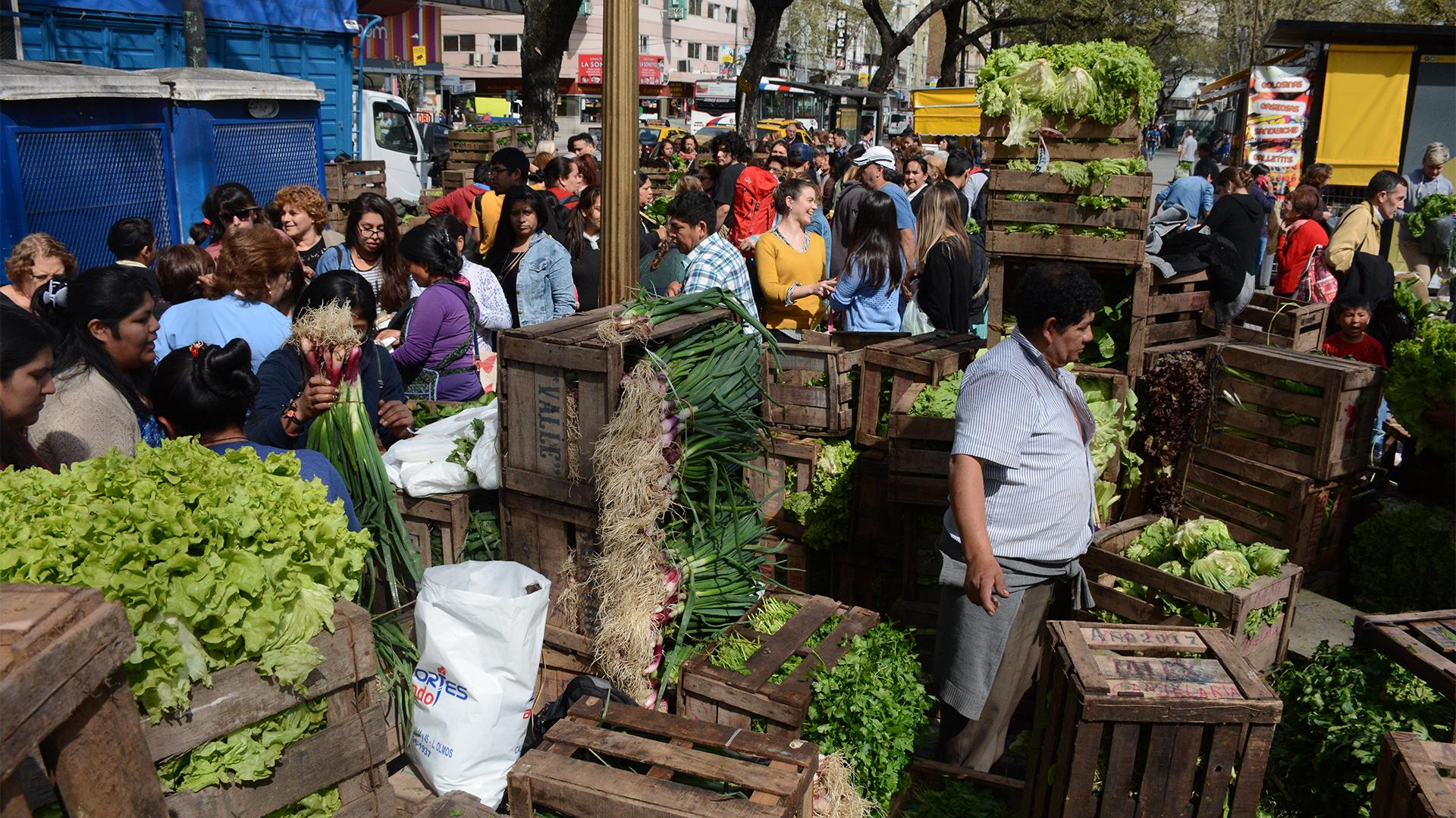 Se instalaron gazebos en los que quinteros de distintos puntos de la provincia de Buenos Aires ofrecen la producción a un mismo costo: 10 pesos