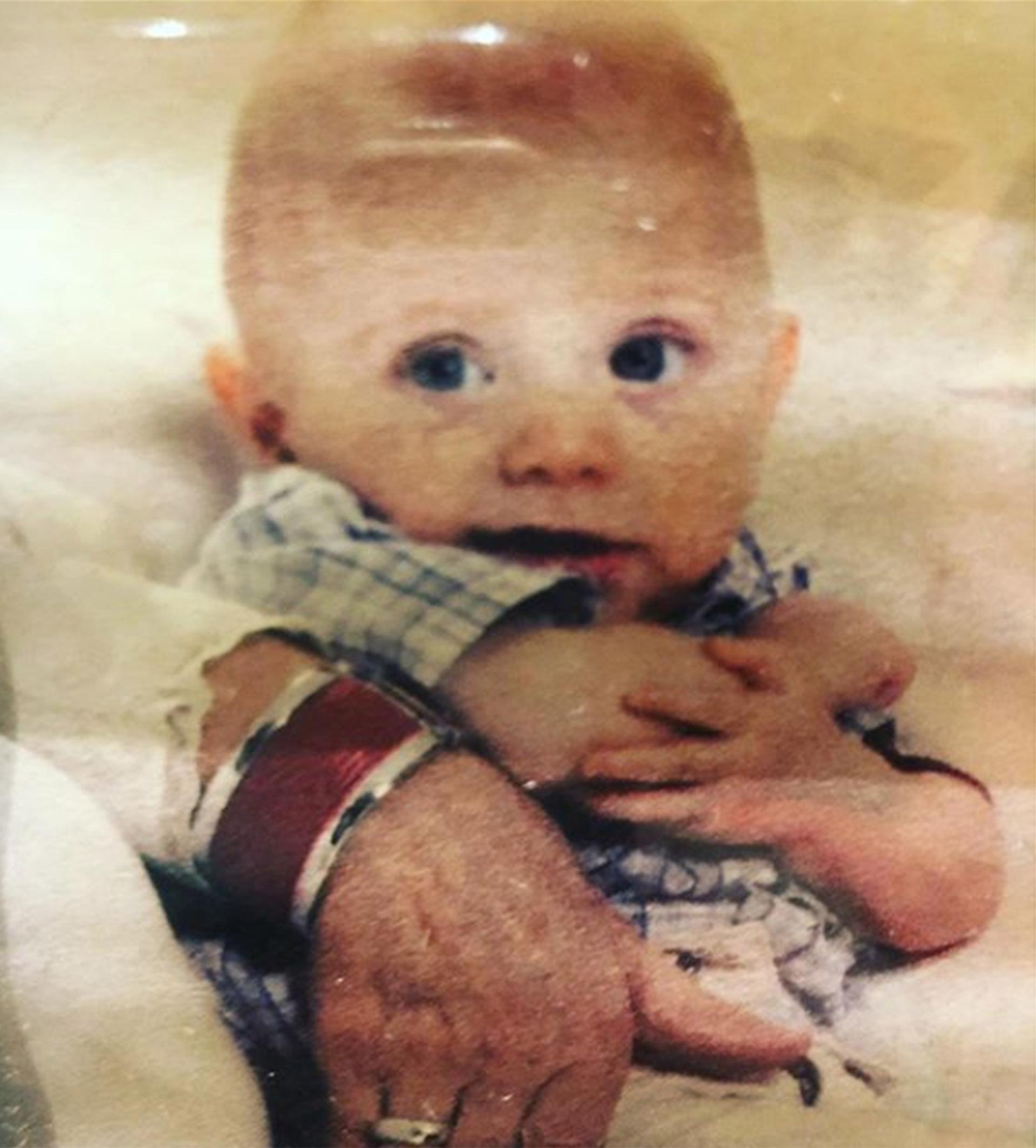 """La calidad de la foto no es la mejor. Y es lo que menos importa. Porque ese hermoso bebé se llama Facundo. Es hijo deMaru Botana. Y este viernes 21 de septiembre se cumplieron diez años de su muerte absurda -que siempre lo es, pero eneste caso más que nunca-. La cocinera lo recordó en las redes con esa foto. Y estas palabras: """"Mi lindo Facu, nunca entendí el por qué ni el para qué. Esa mano que te abraza es la de tu abuela, que tanto te ama y reza"""". Porque en esos brazos, el corazón de Facundo dejó de latir. Nunca se entenderá el por qué. Hay preguntas que solo pueden formularse(Instagram)"""